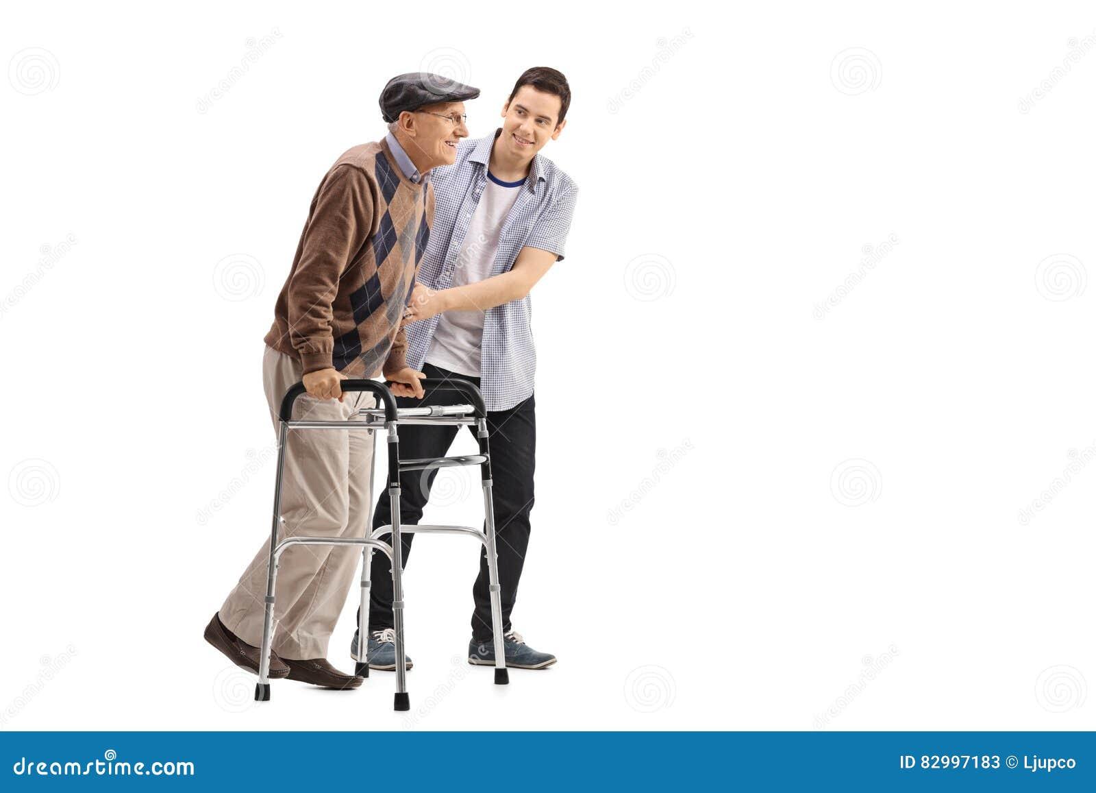 Jeune homme aidant un homme plus âgé avec un marcheur