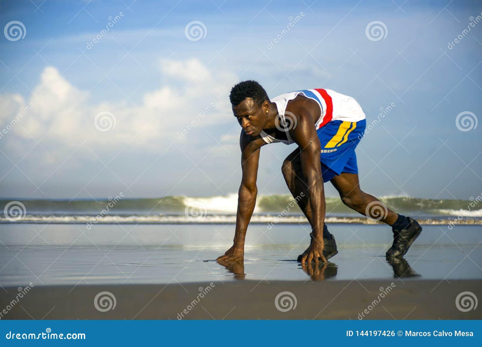 Jeune homme américain de coureur d africain noir sportif et attirant faisant la formation courante de séance d entraînement sur l
