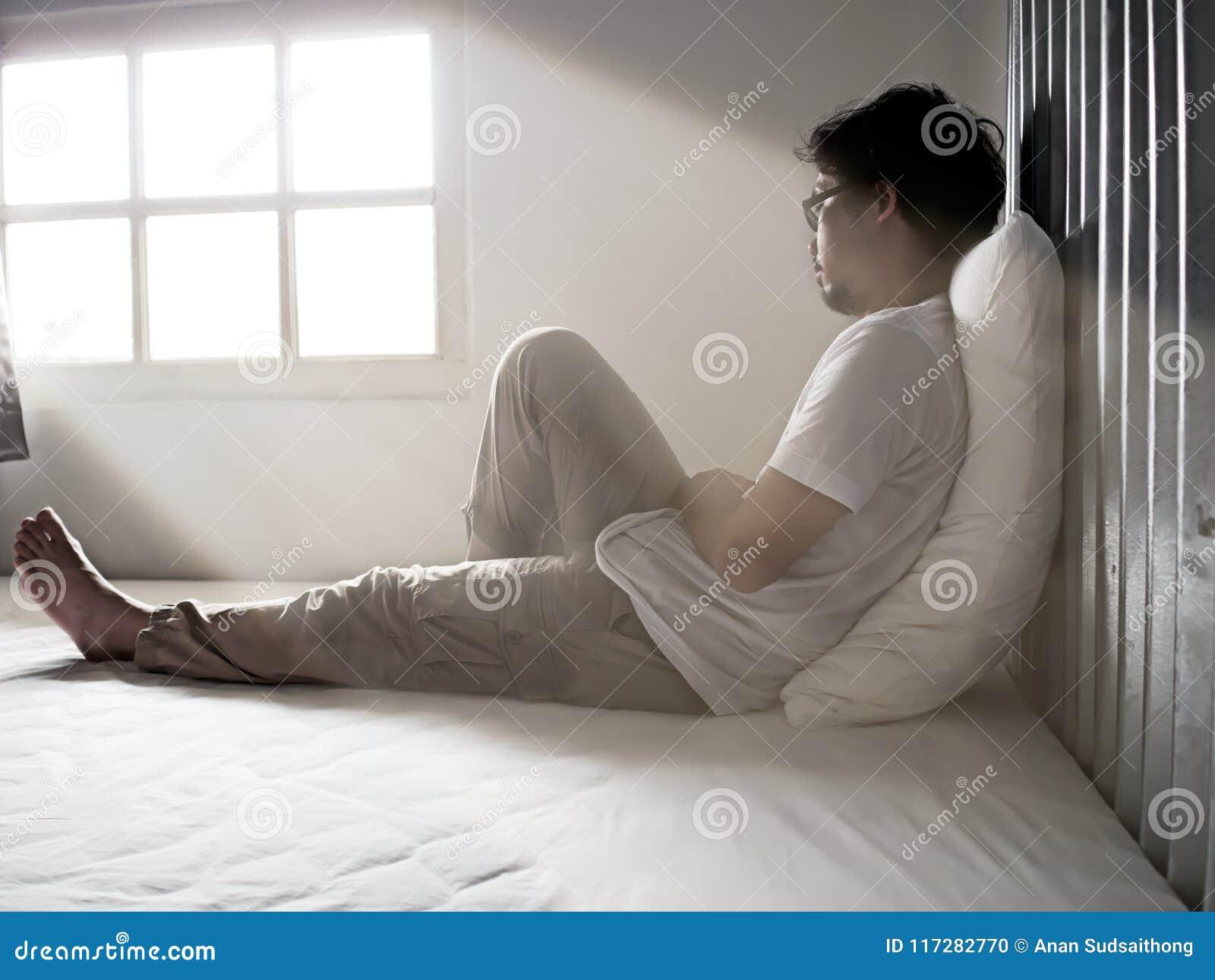 Jeune homme asiatique triste seul souffrant de la dépression grave
