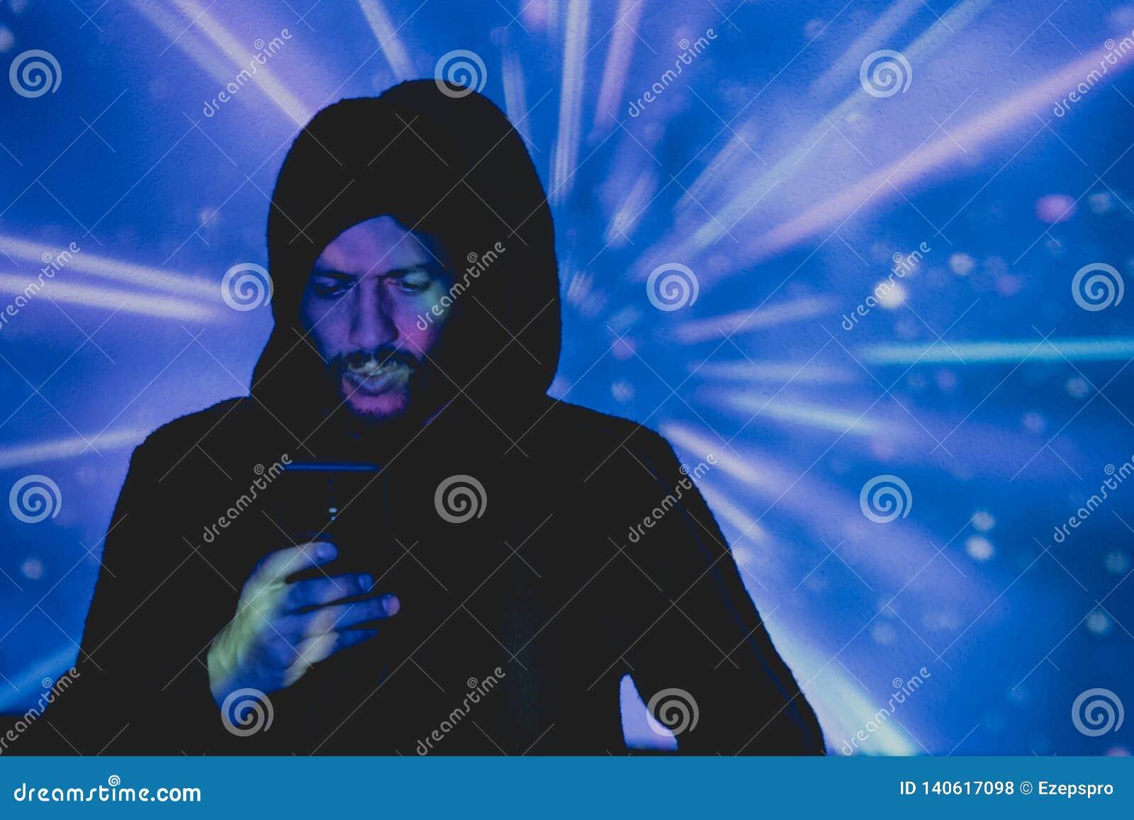 Jeune homme attirant avec la barbe prenant des photos dans un environnement futuriste