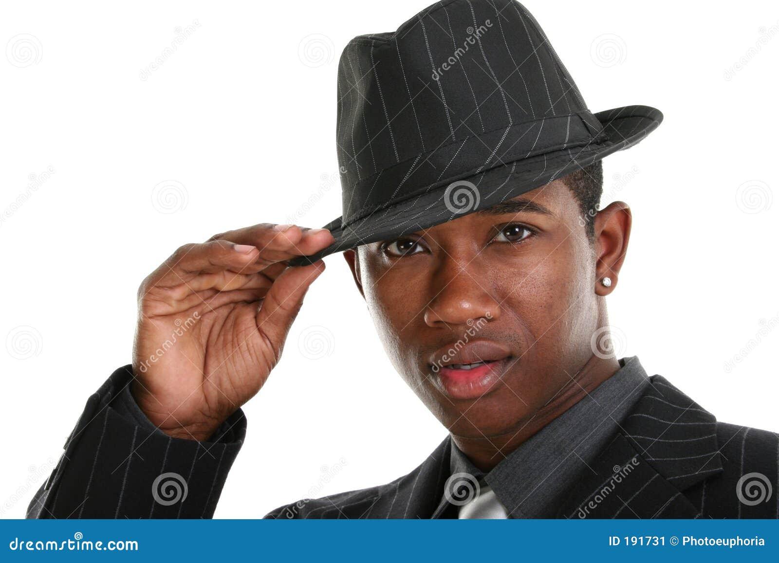 Jeune homme attirant dans le procès rayé et le chapeau de Pin