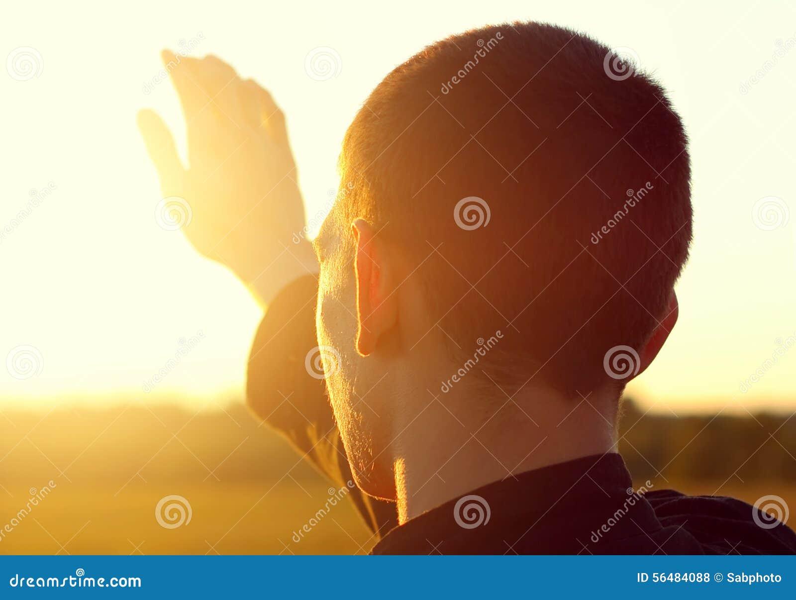 Jeune homme au coucher du soleil
