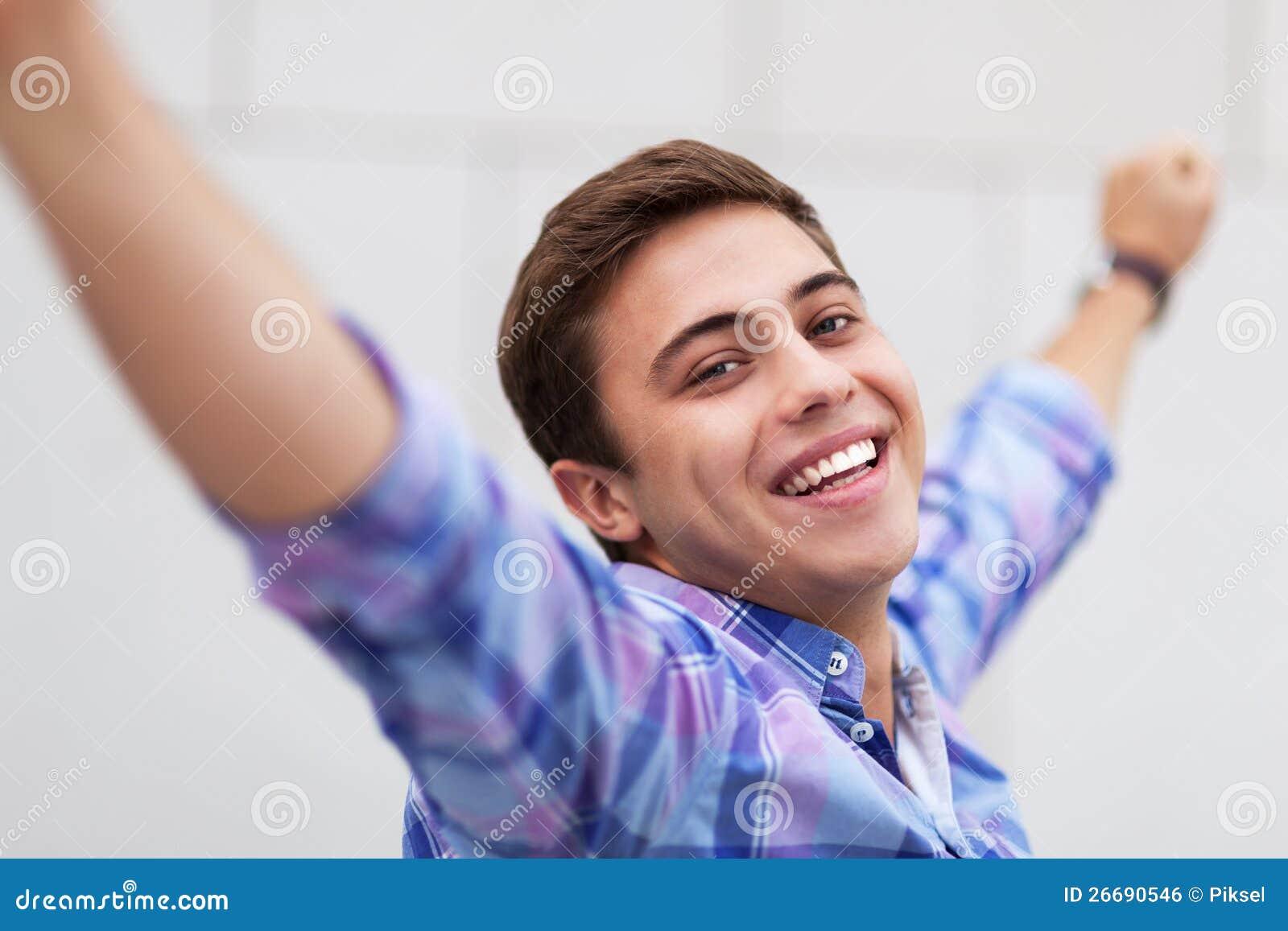 Jeune homme avec des bras augmentés