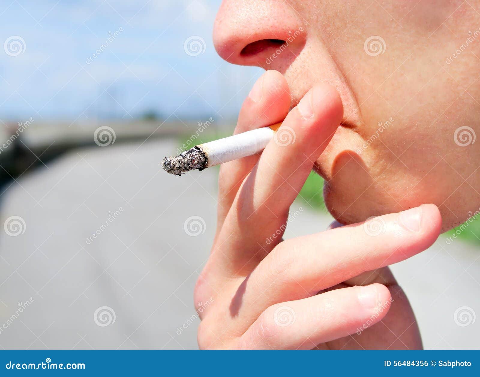 Jeune homme avec la cigarette