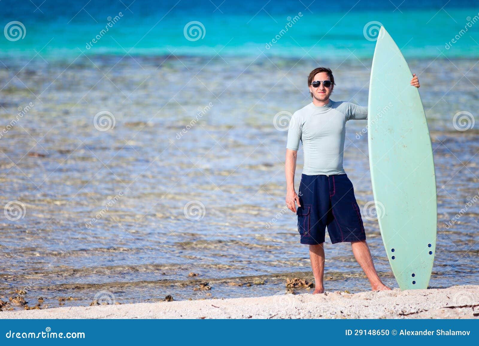 jeune homme avec la planche de surf photo stock image du excitation sable 29148650. Black Bedroom Furniture Sets. Home Design Ideas