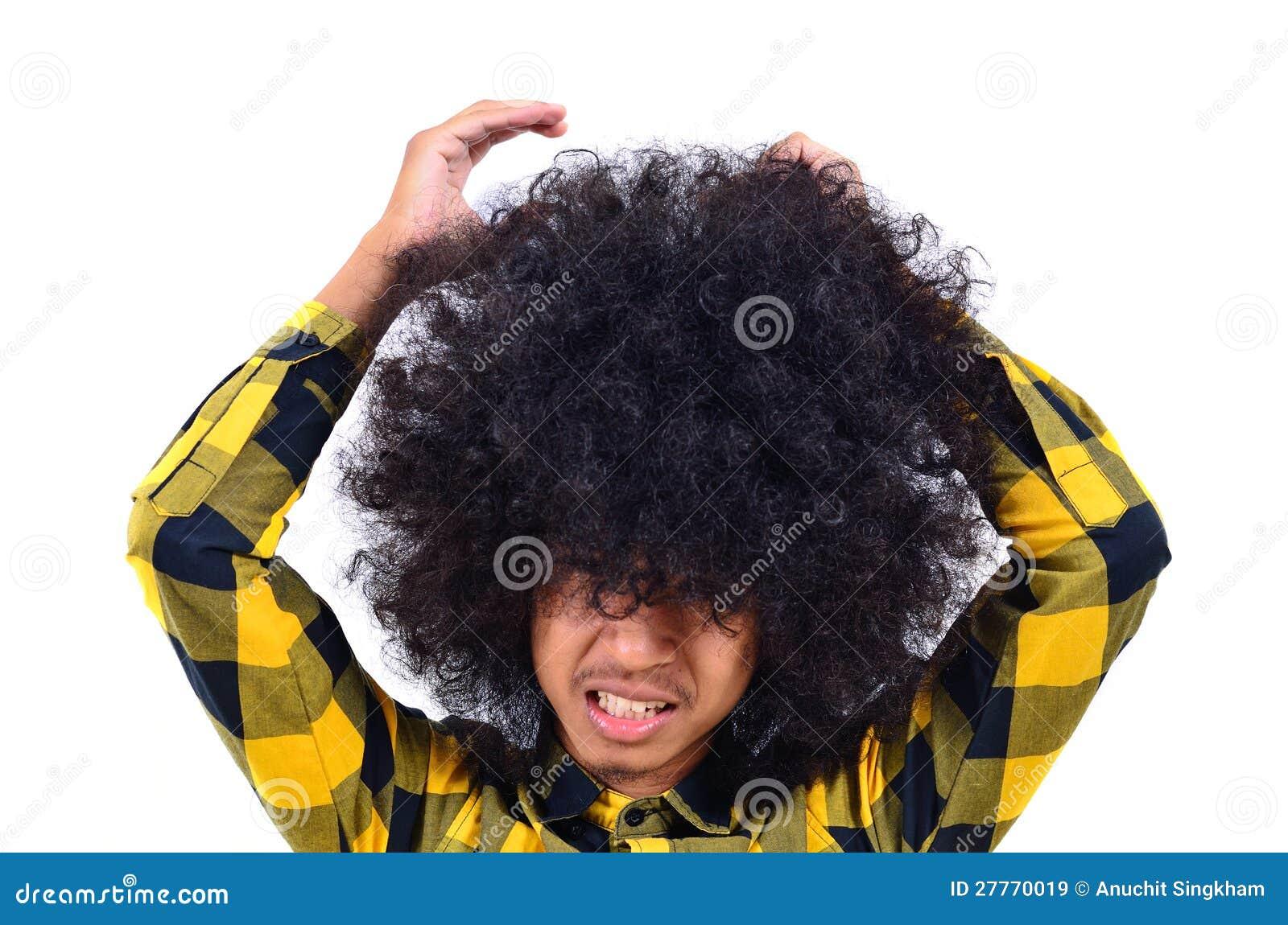Jeune homme avec le long cheveu en tant que concept occupé