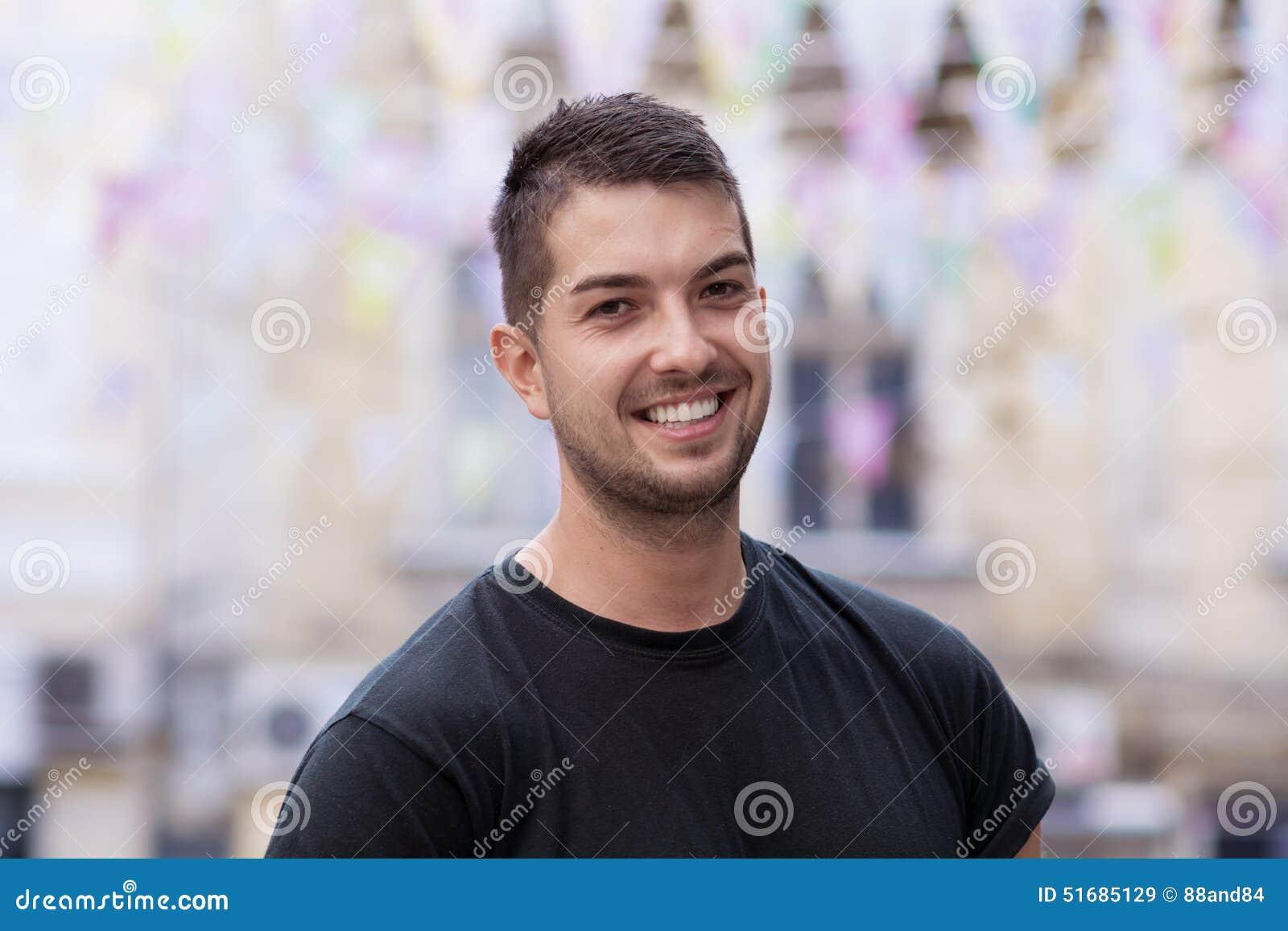 Jeune homme avec le sourire sur la rue