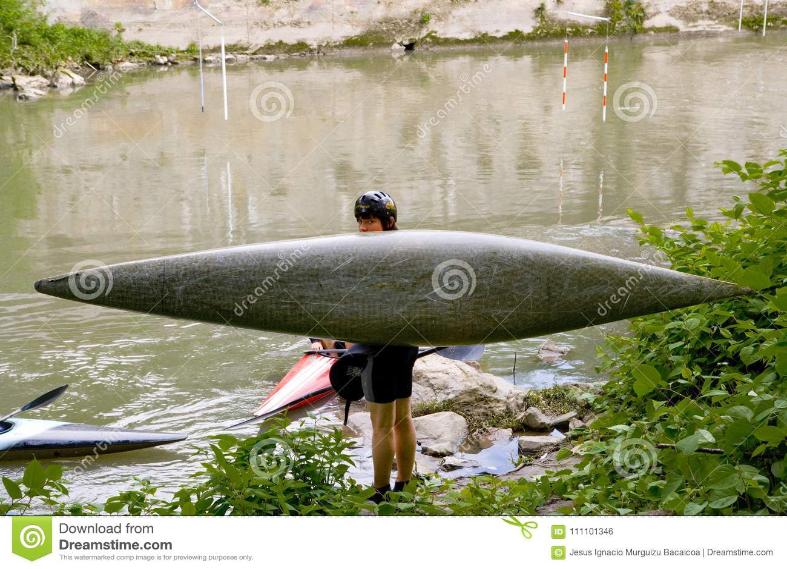 Jeune homme avec sa pirogue à côté d une rivière