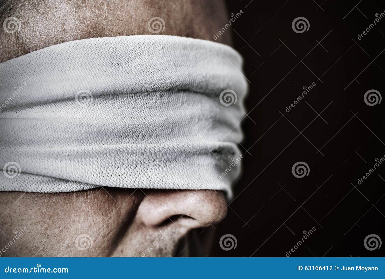 Jeune homme avec un bandeau dans ses yeux