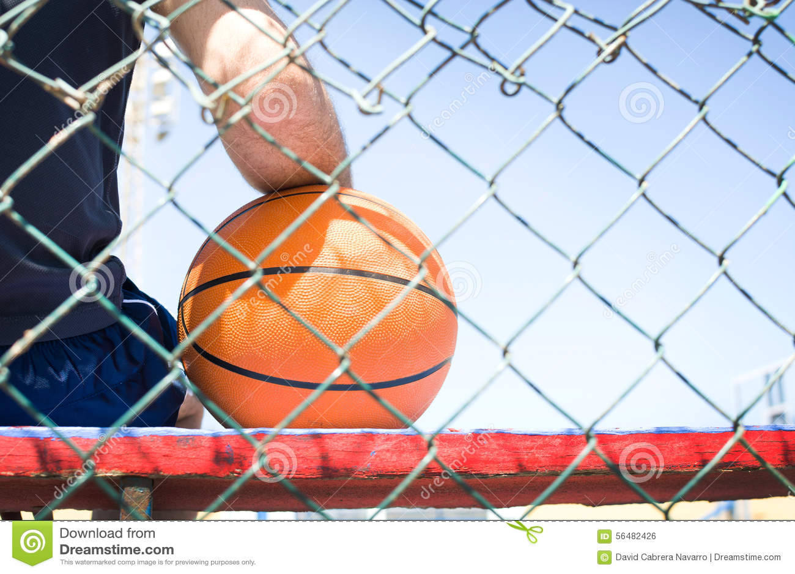 Jeune homme avec un basket-ball