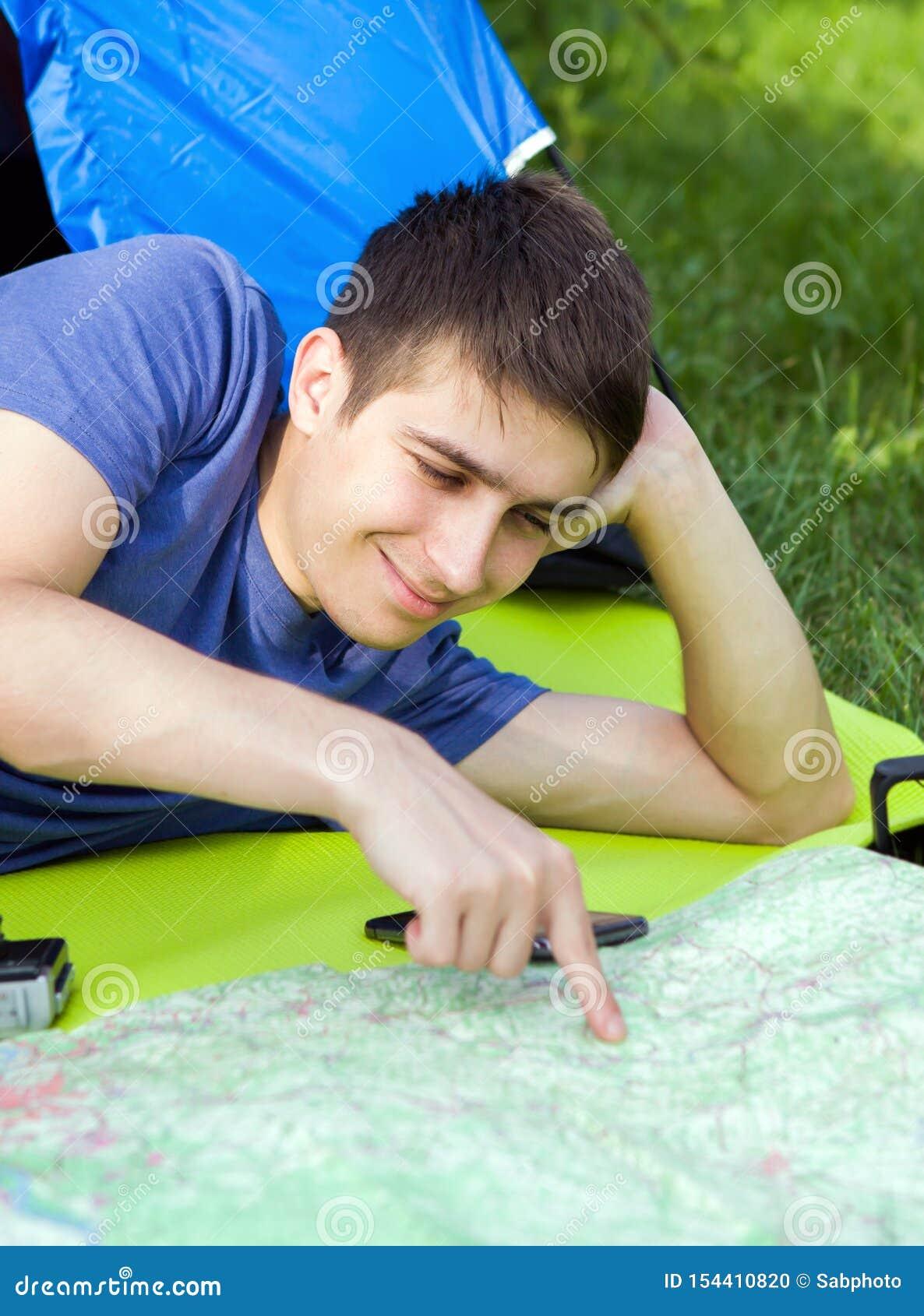 Jeune homme avec une carte