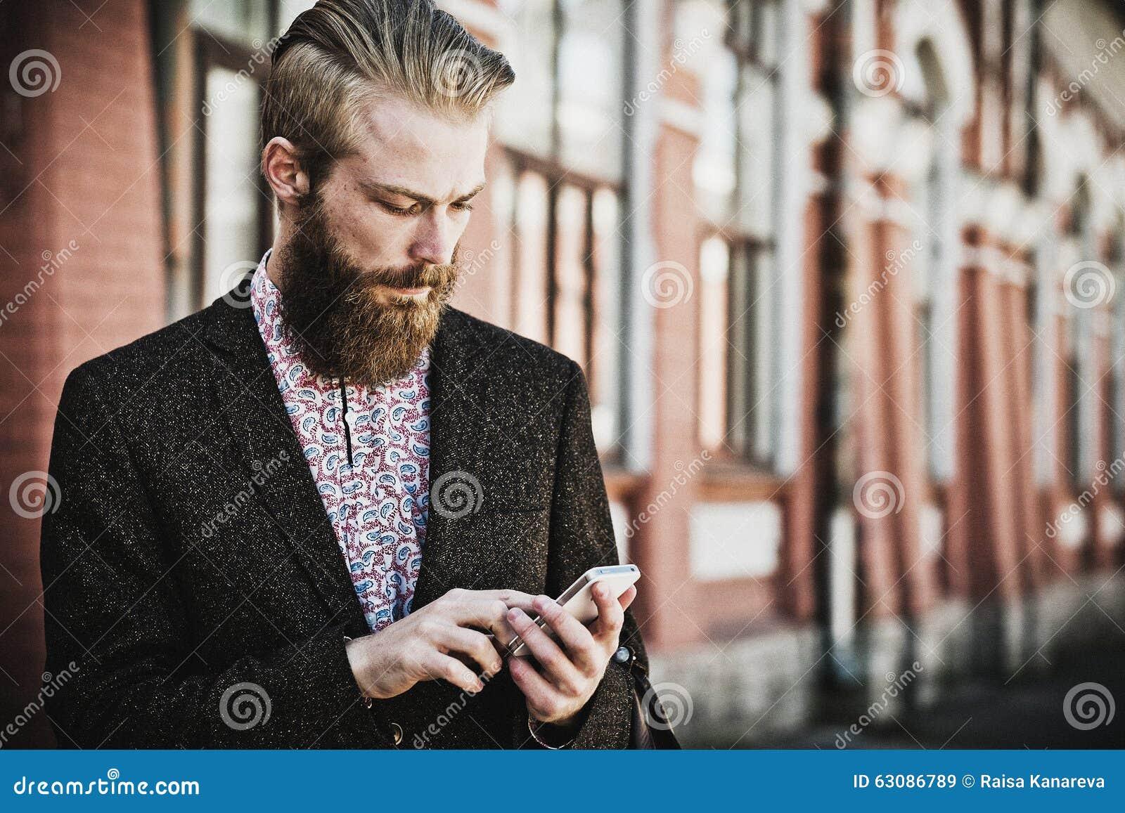 Download Jeune Homme Barbu Avec Le Mobile, Extérieur Image stock - Image du mignon, attrayant: 63086789