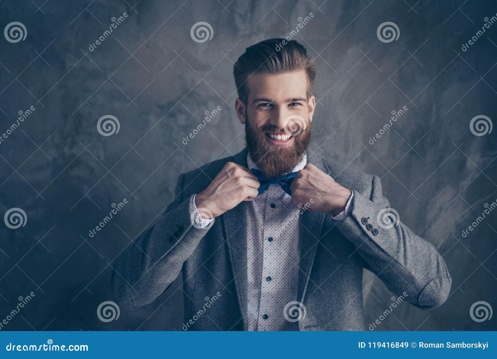 Jeune homme barbu heureux heureux avec la moustache dans le support de formalewear