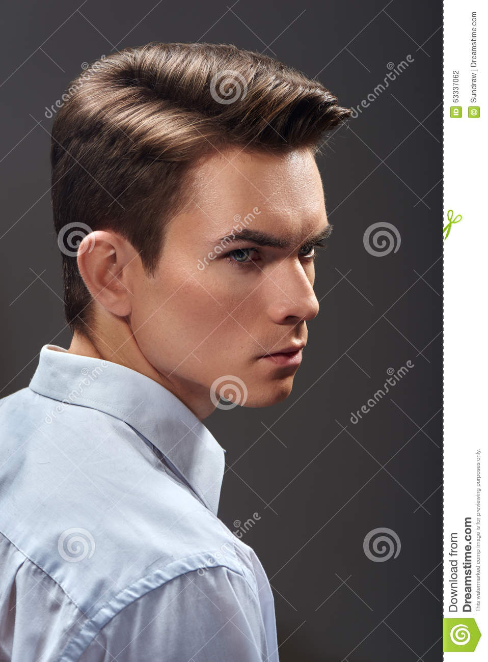 jeune homme beau avec la coupe de cheveux de mode photo stock image du confiant occasionnel. Black Bedroom Furniture Sets. Home Design Ideas