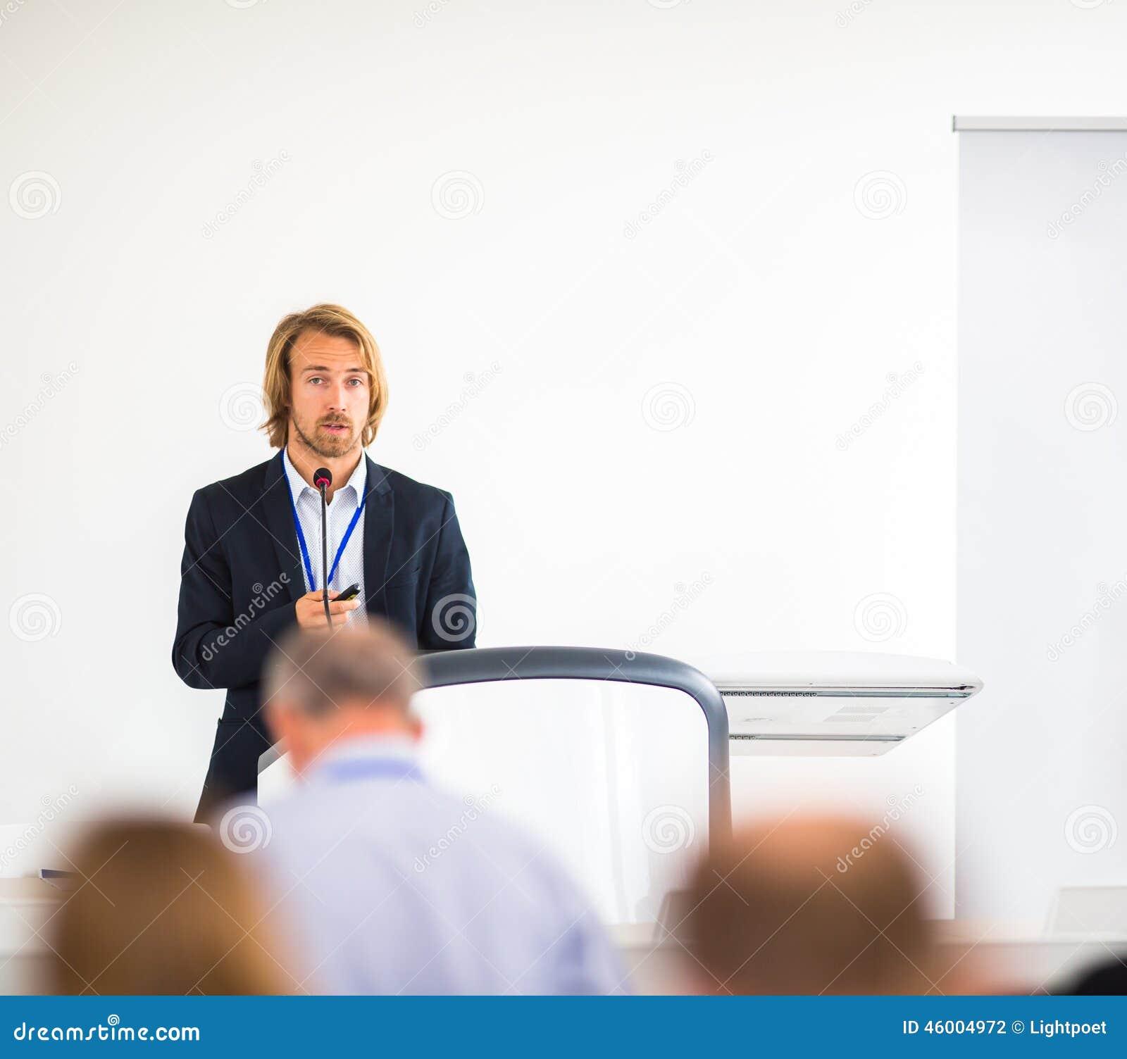 Jeune homme beau donnant un discours