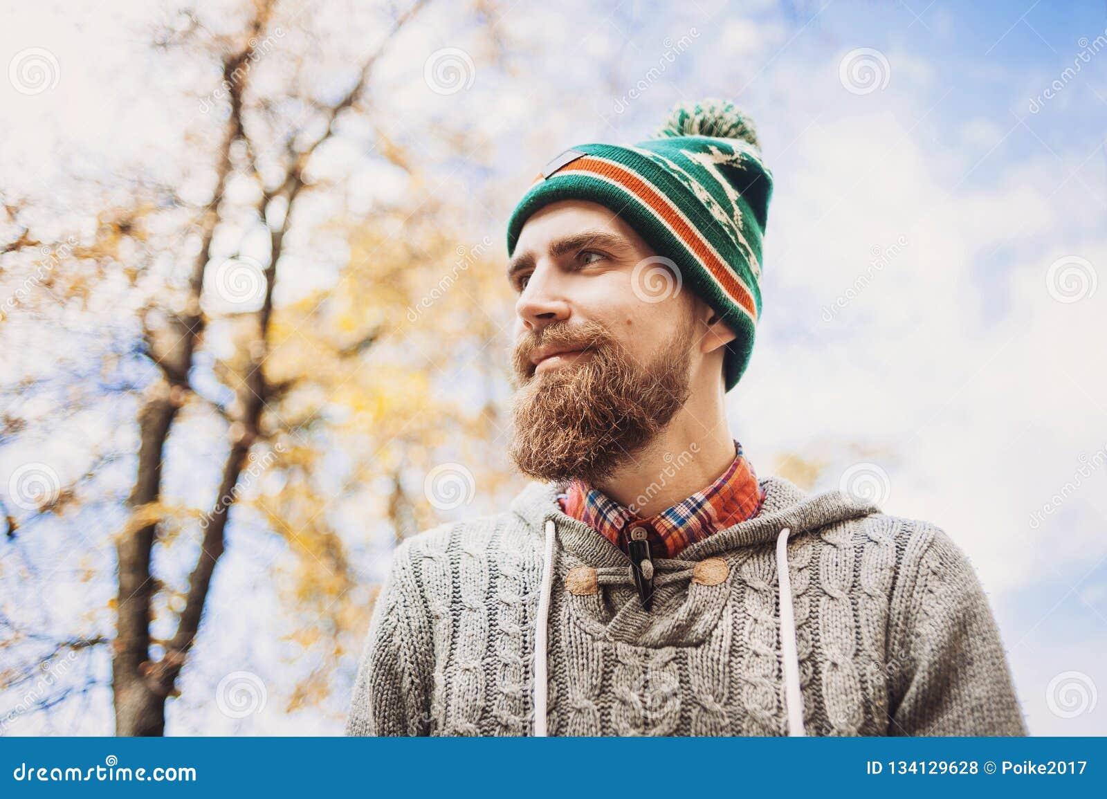 Jeune homme beau portant le portrait chaud d extérieur de vêtements
