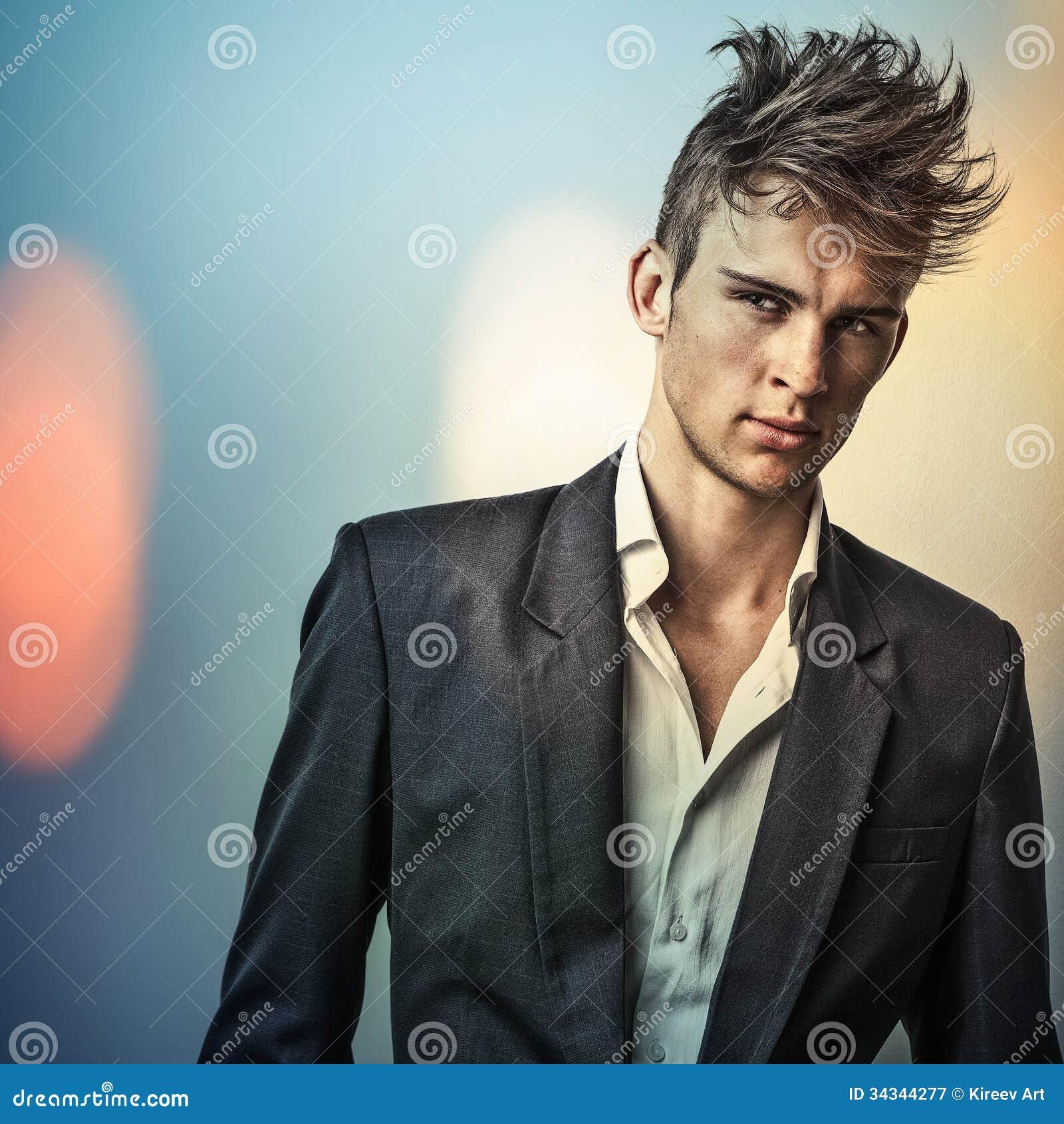 Jeune homme bel élégant. Colorez le portrait peint numérique d image du visage des hommes.