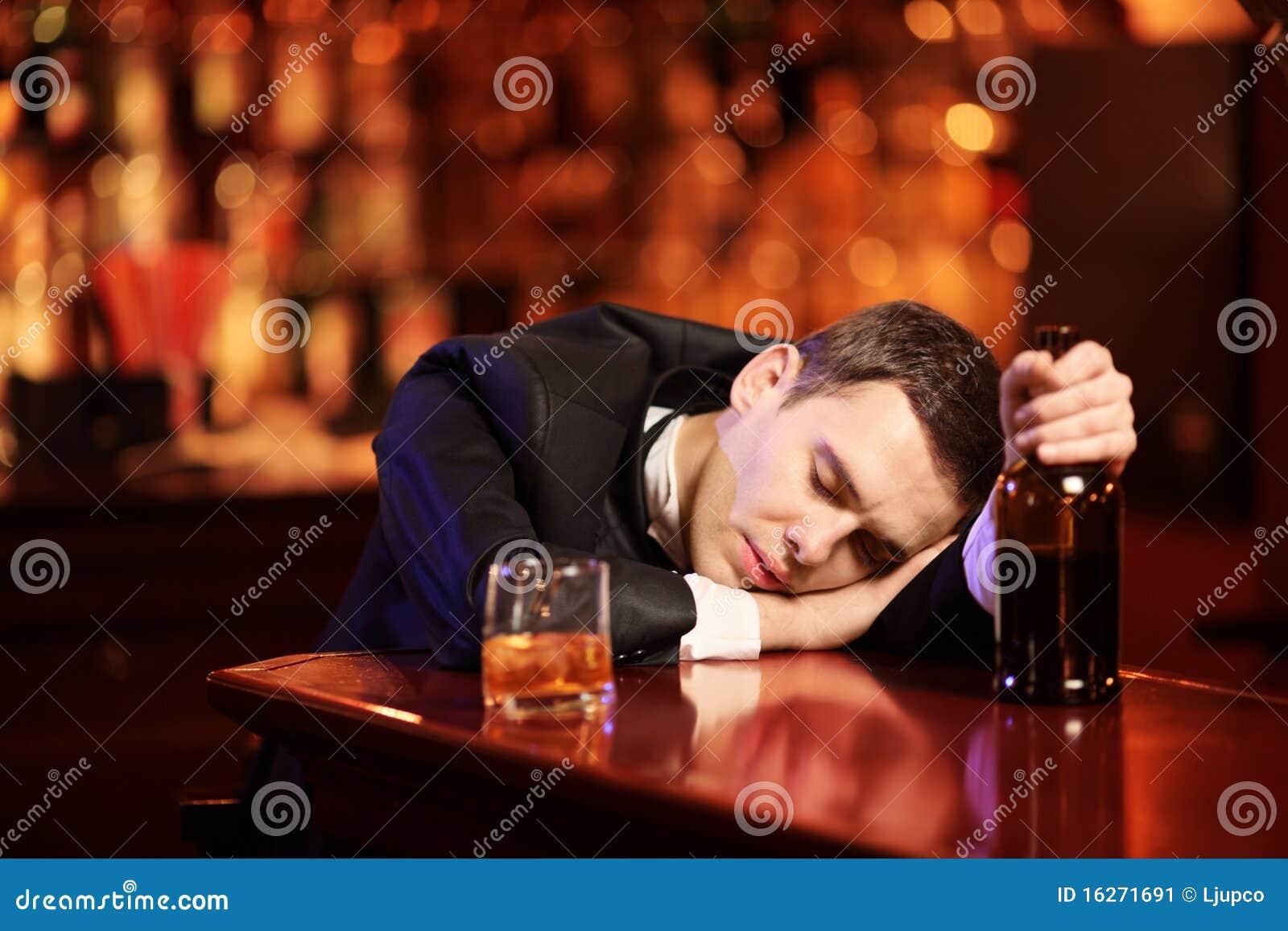 Jeune homme bu dormant dans le bar
