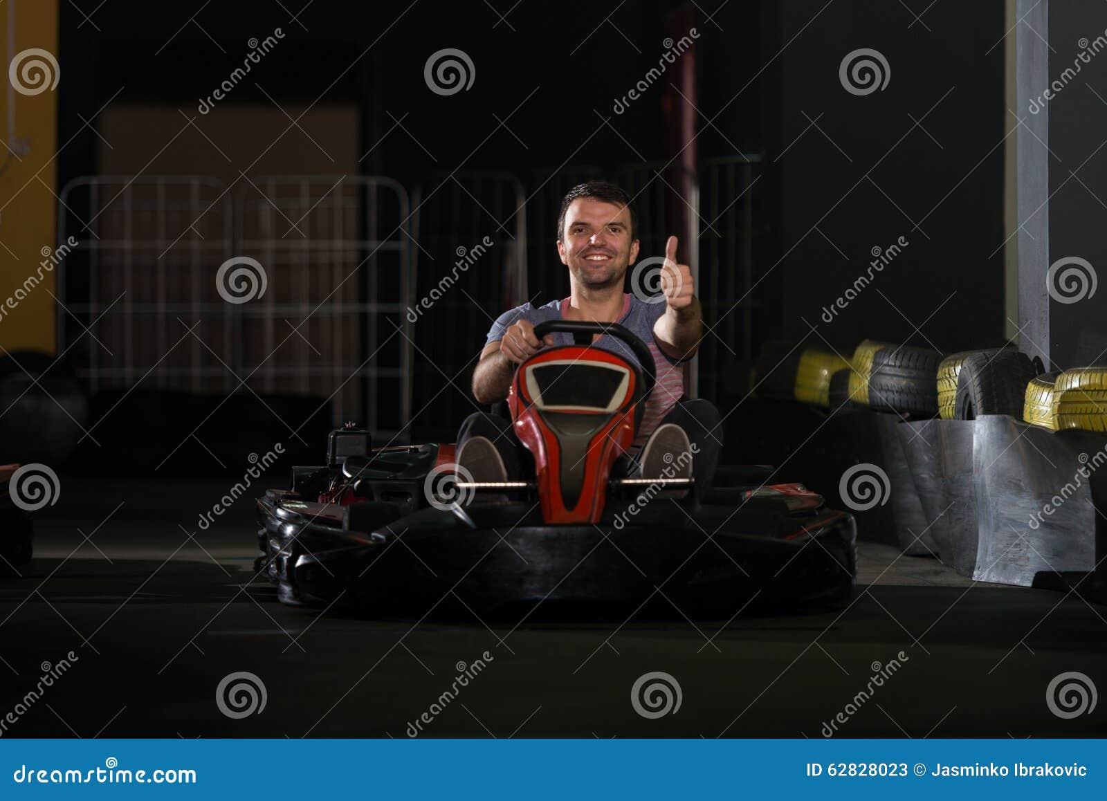 Jeune homme conduisant la course de Karting de kart