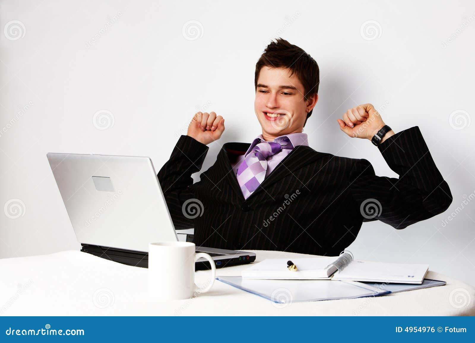 Jeune homme confiant réussi