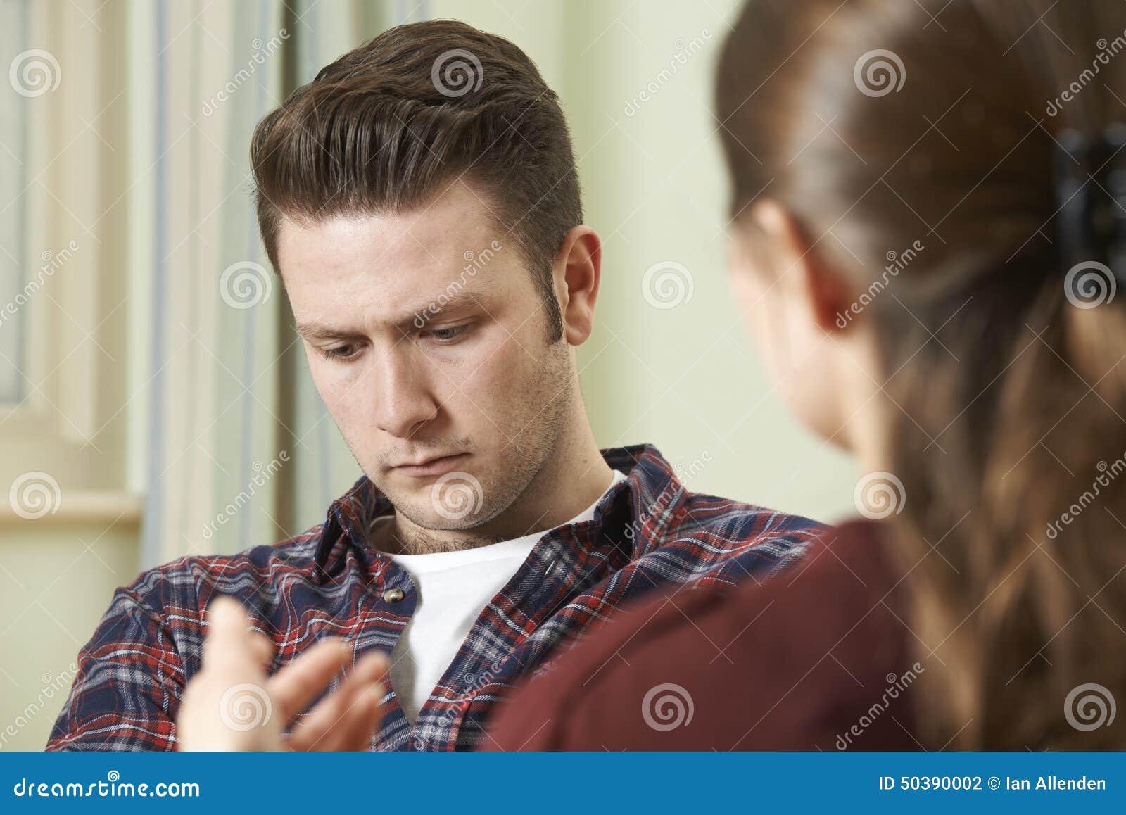 Jeune homme déprimé parlant au conseiller