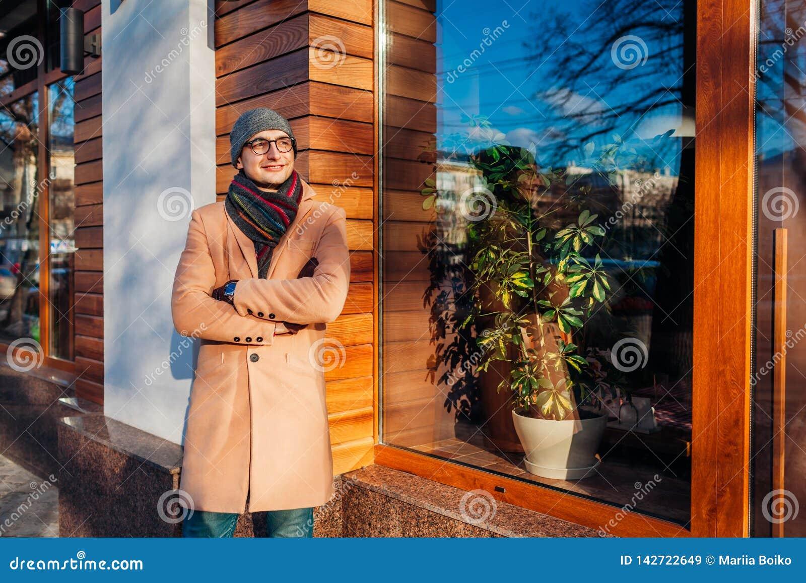 Jeune homme d affaires élégant attendant une réunion par le café Type beau utilisant les vêtements et les accessoires classiques
