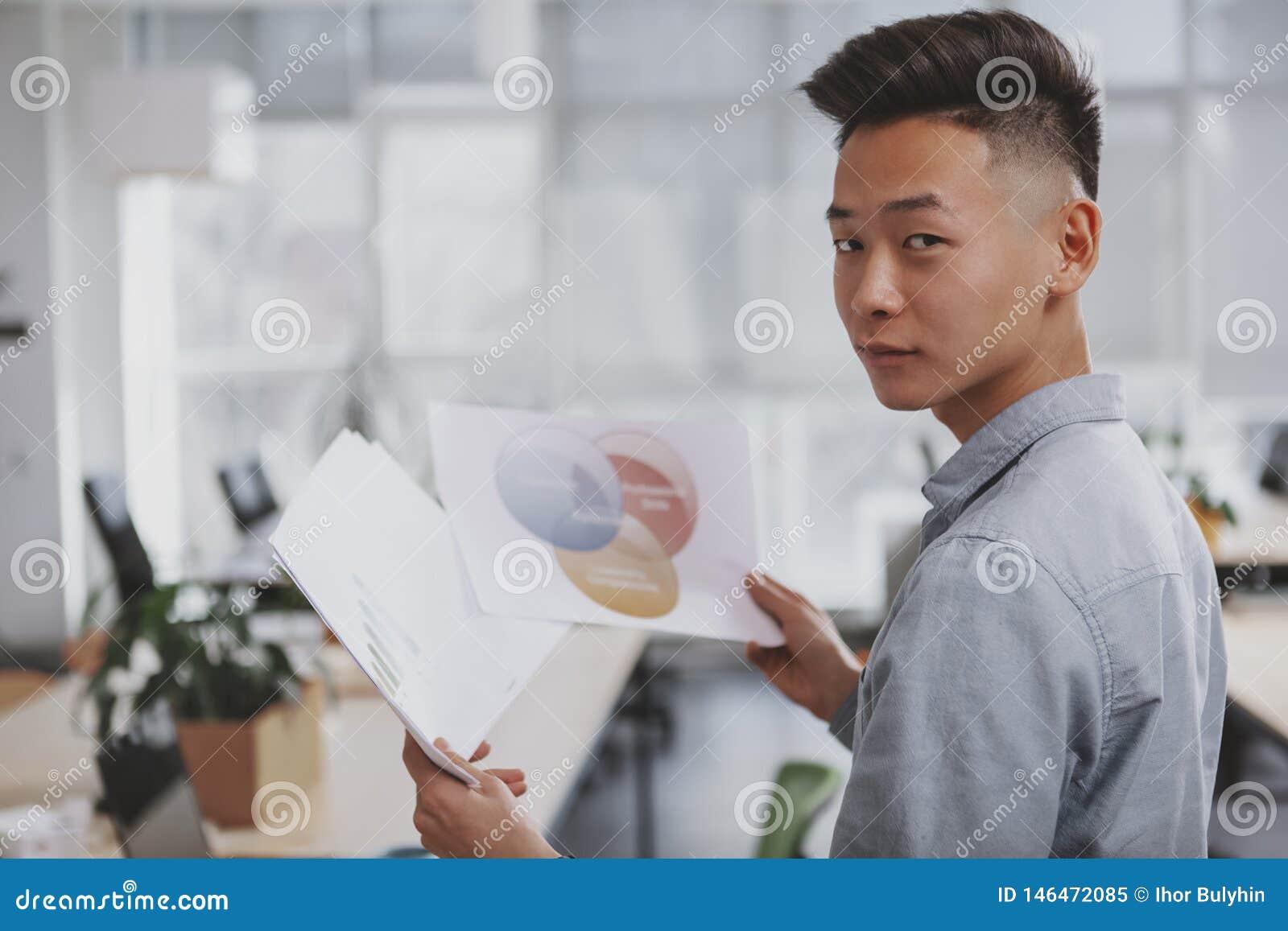 Jeune homme d affaires asiatique travaillant au bureau