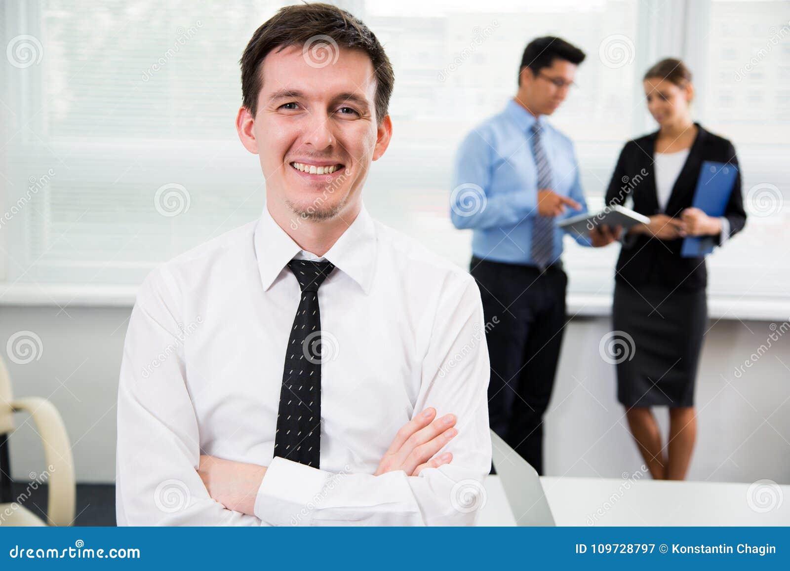 Jeune homme d affaires beau au bureau