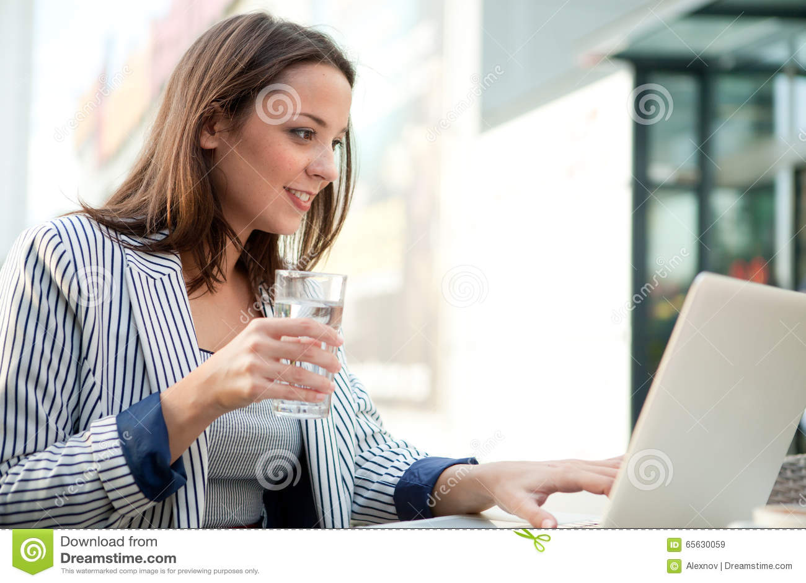 Jeune homme d affaires beau Using Laptop dans un café extérieur, copie