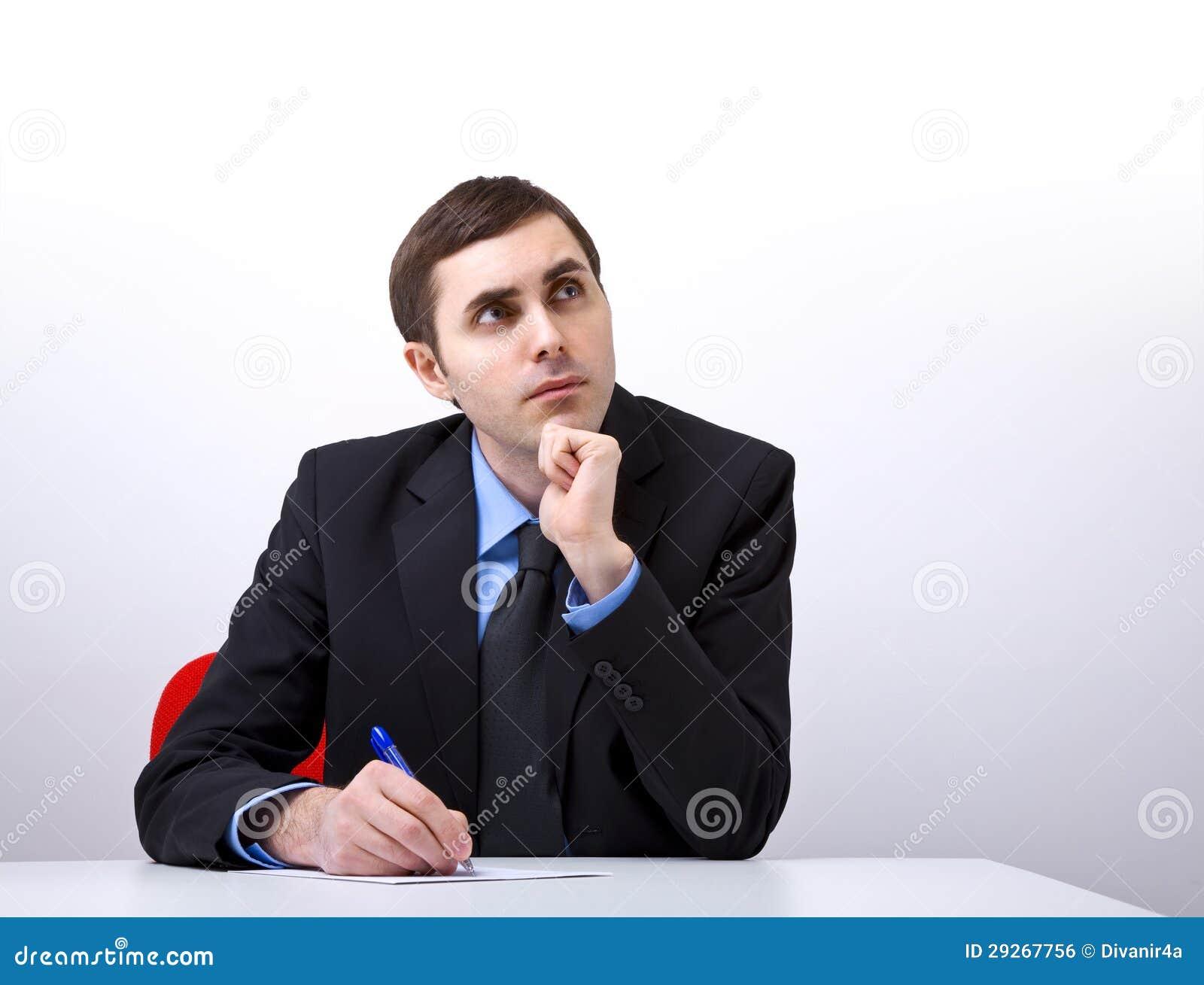 Jeune homme d affaires bel écrivant une lettre