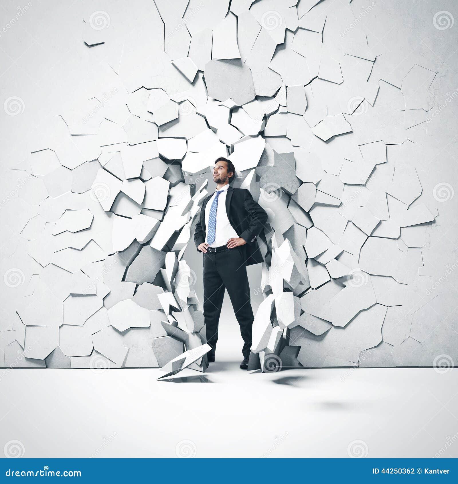 Jeune homme d affaires cassant la cuvette un mur