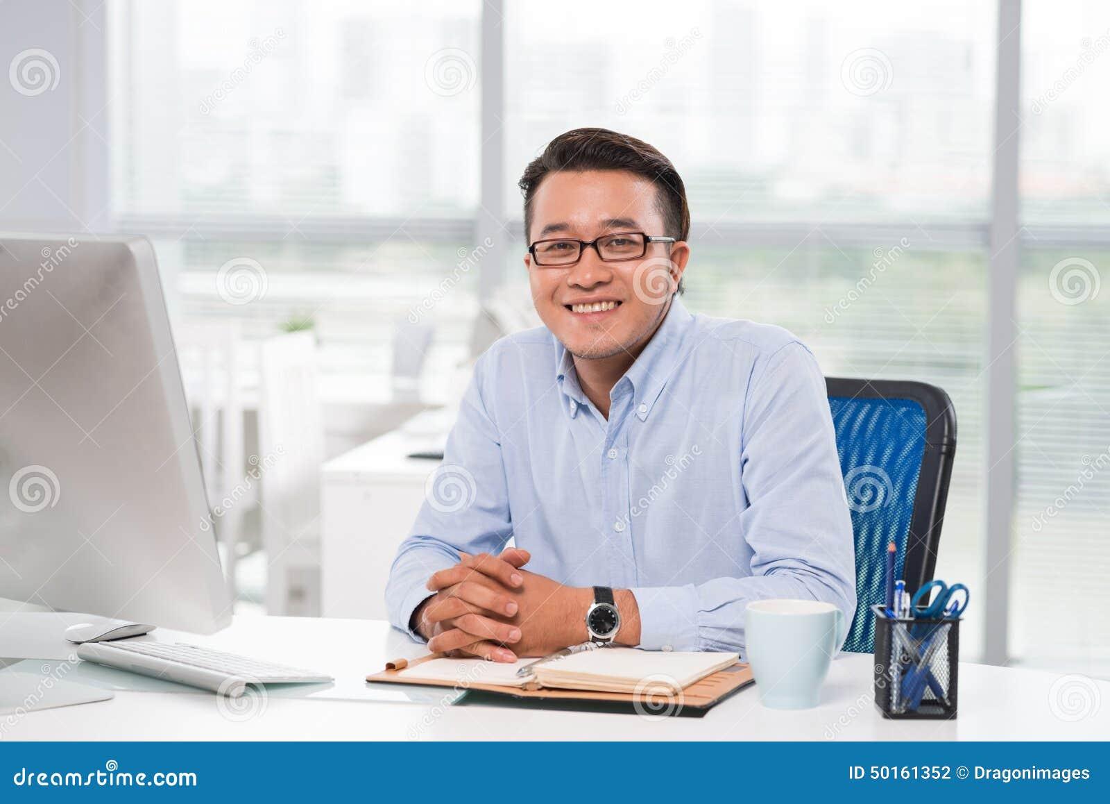 Jeune homme d affaires confiant