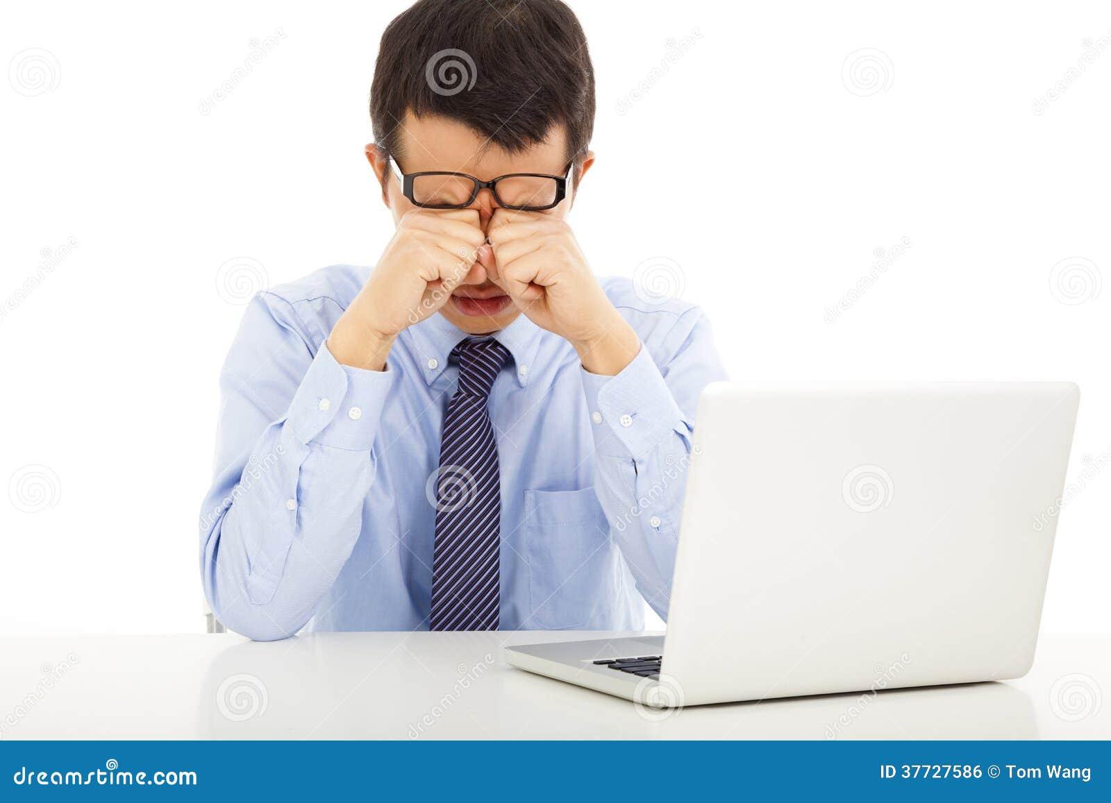 Jeune homme d affaires fatigué frottant ses yeux