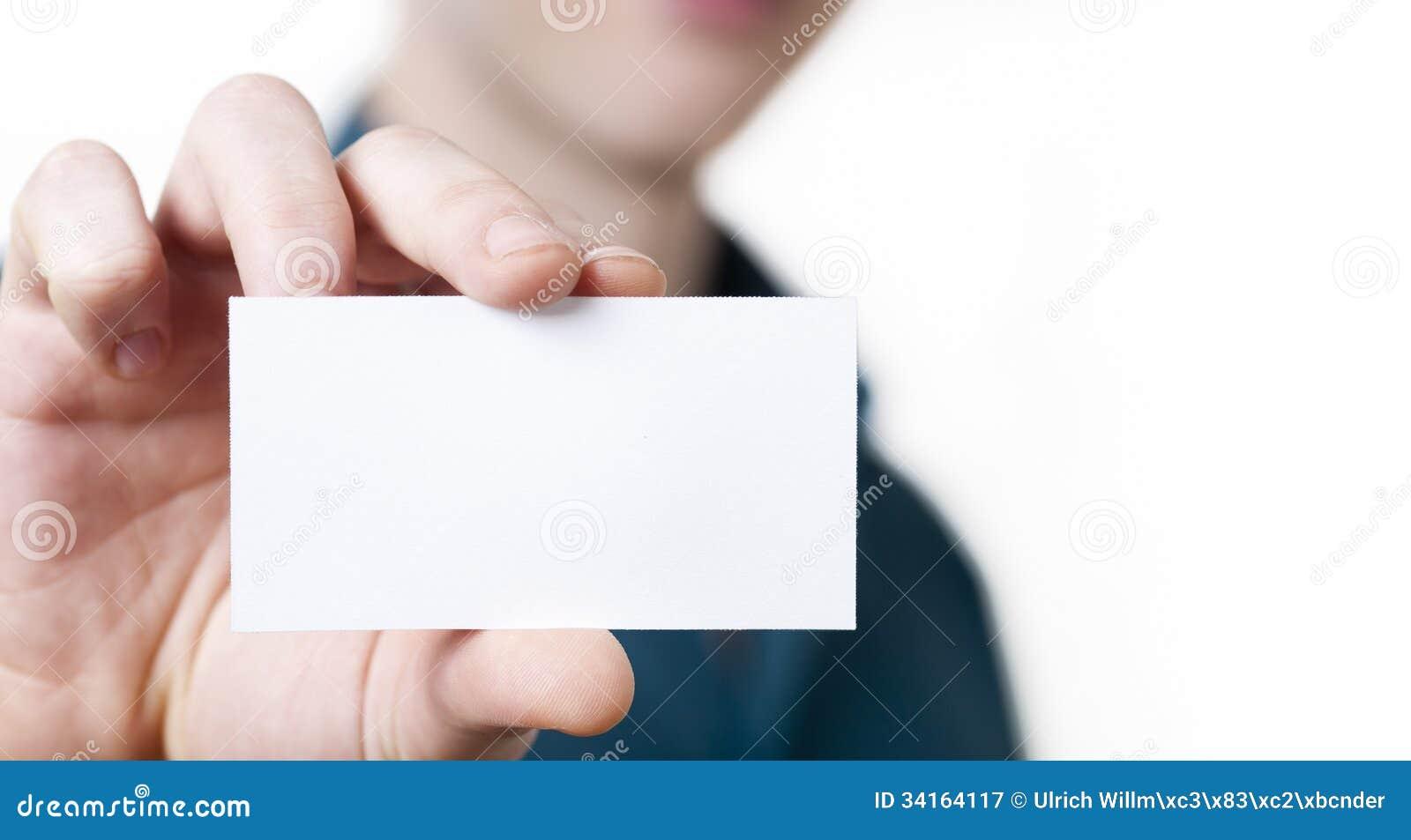 Jeune homme d affaires occasionnel tenant la carte de visite professionnelle de visite.