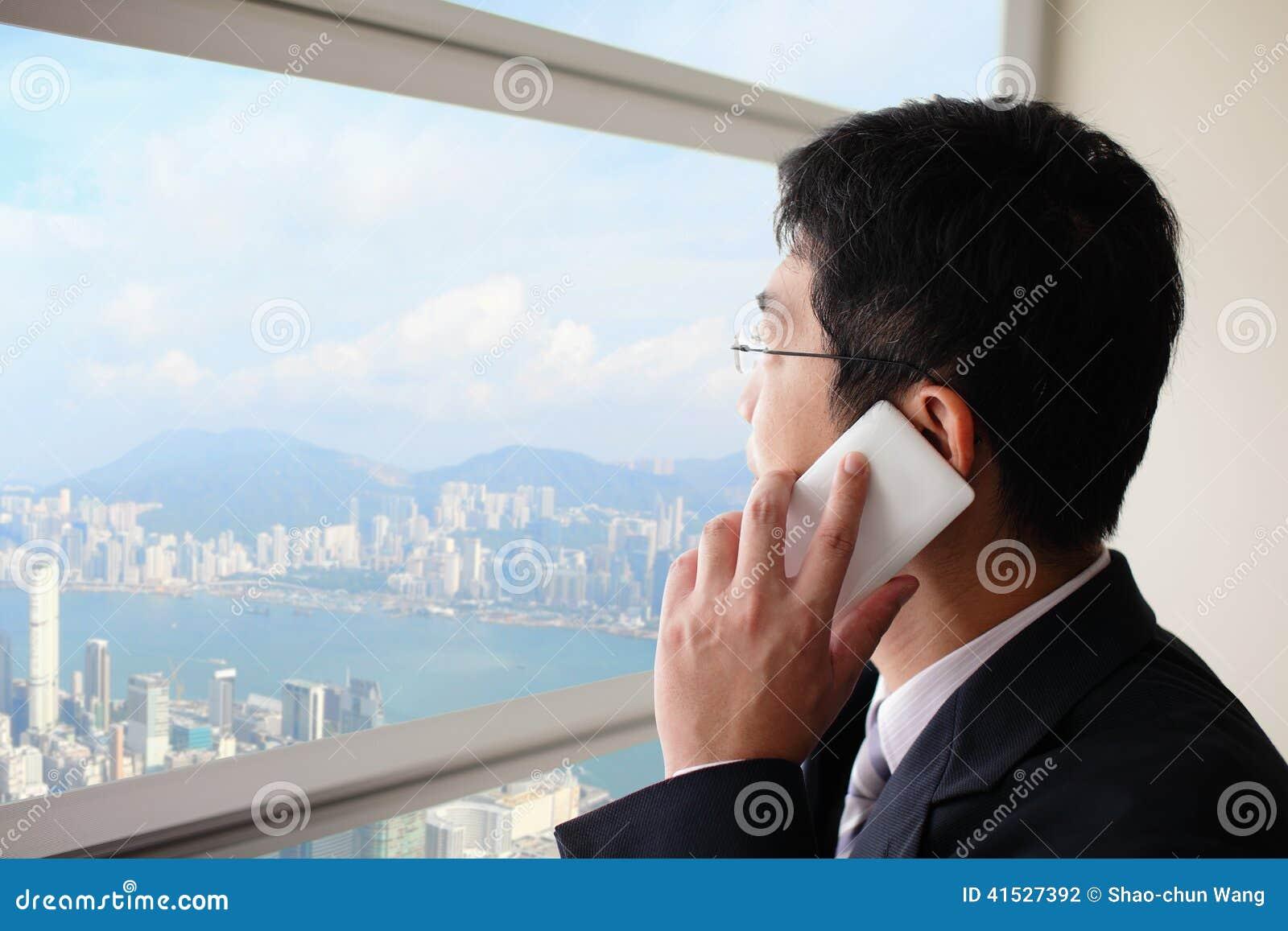 Jeune homme d affaires parlant au téléphone intelligent