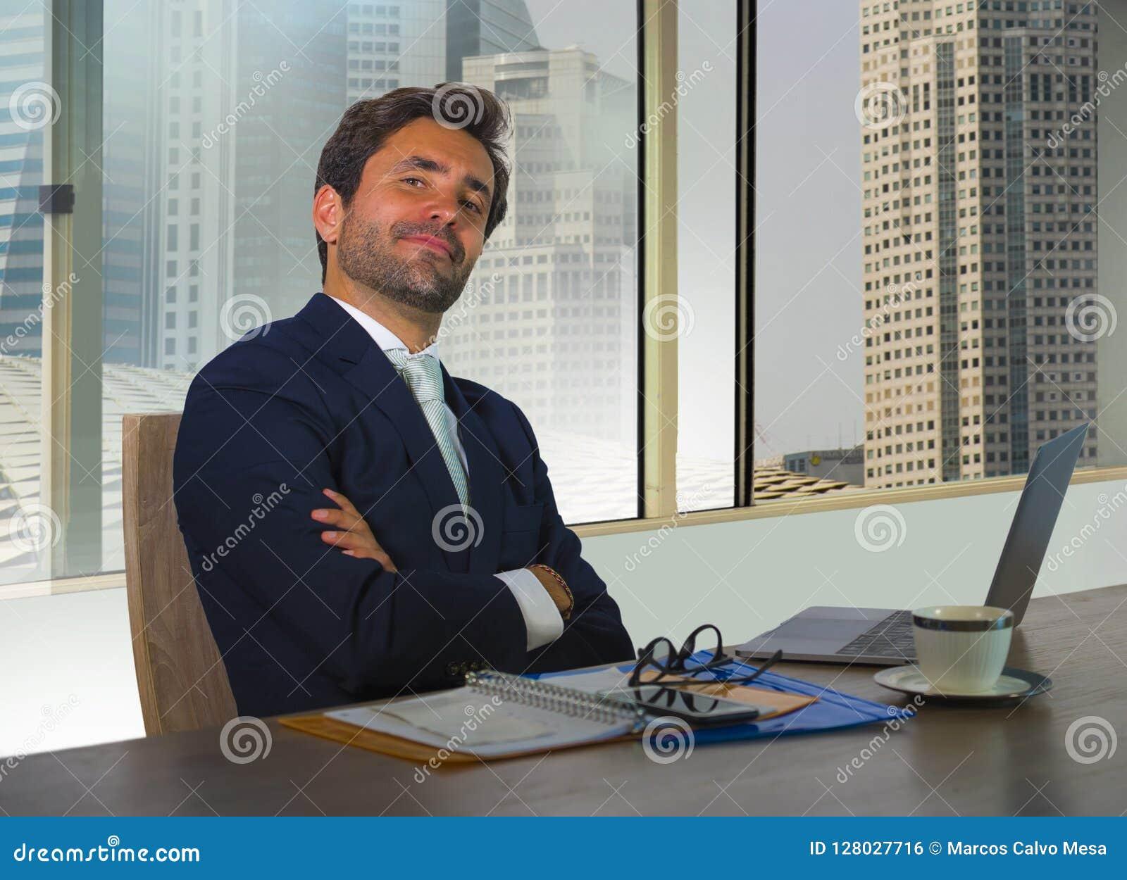 Jeune homme daffaires réussi heureux et attirant travaillant au