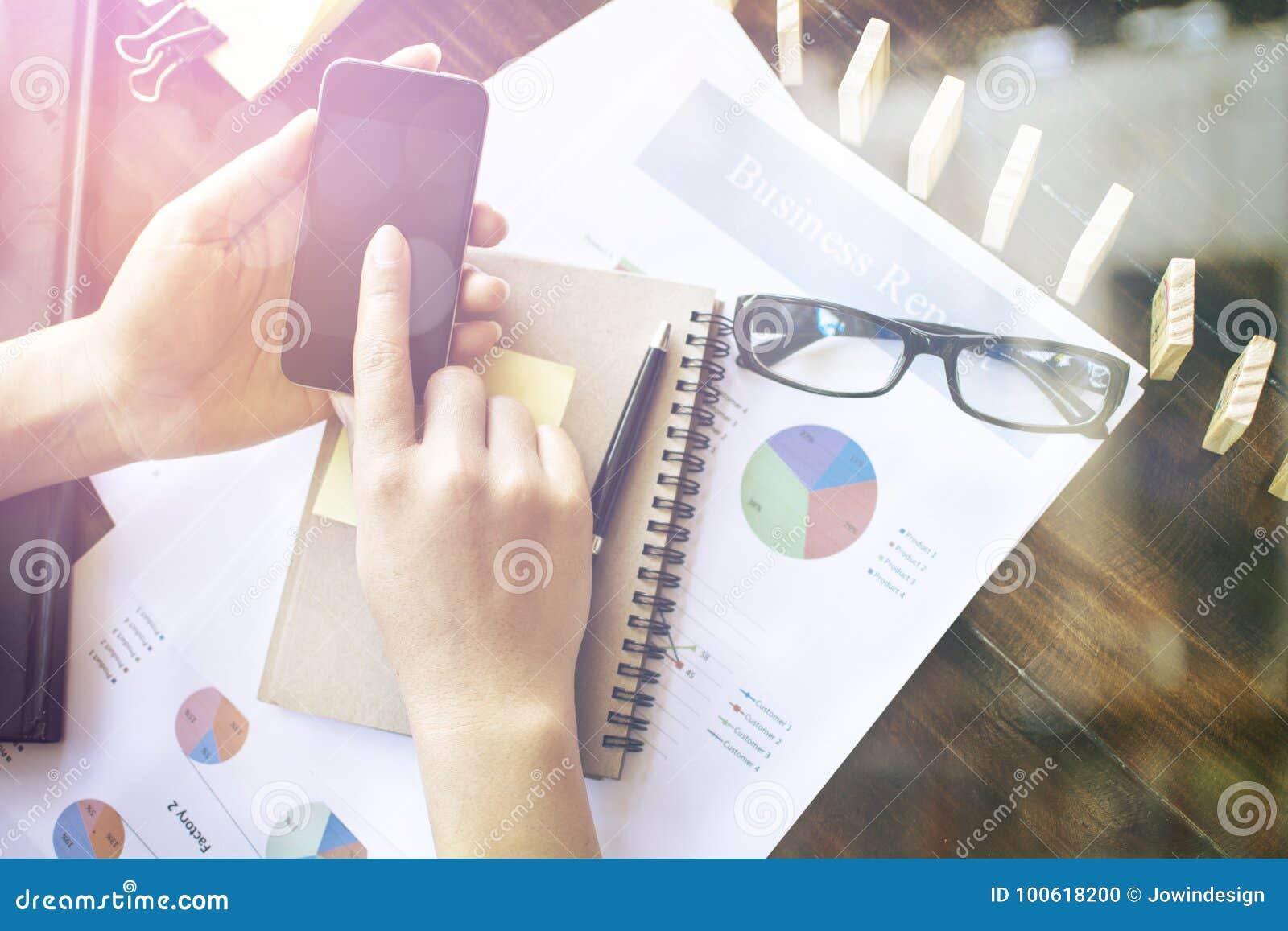 Jeune homme d affaires travaillant avec les dispositifs modernes