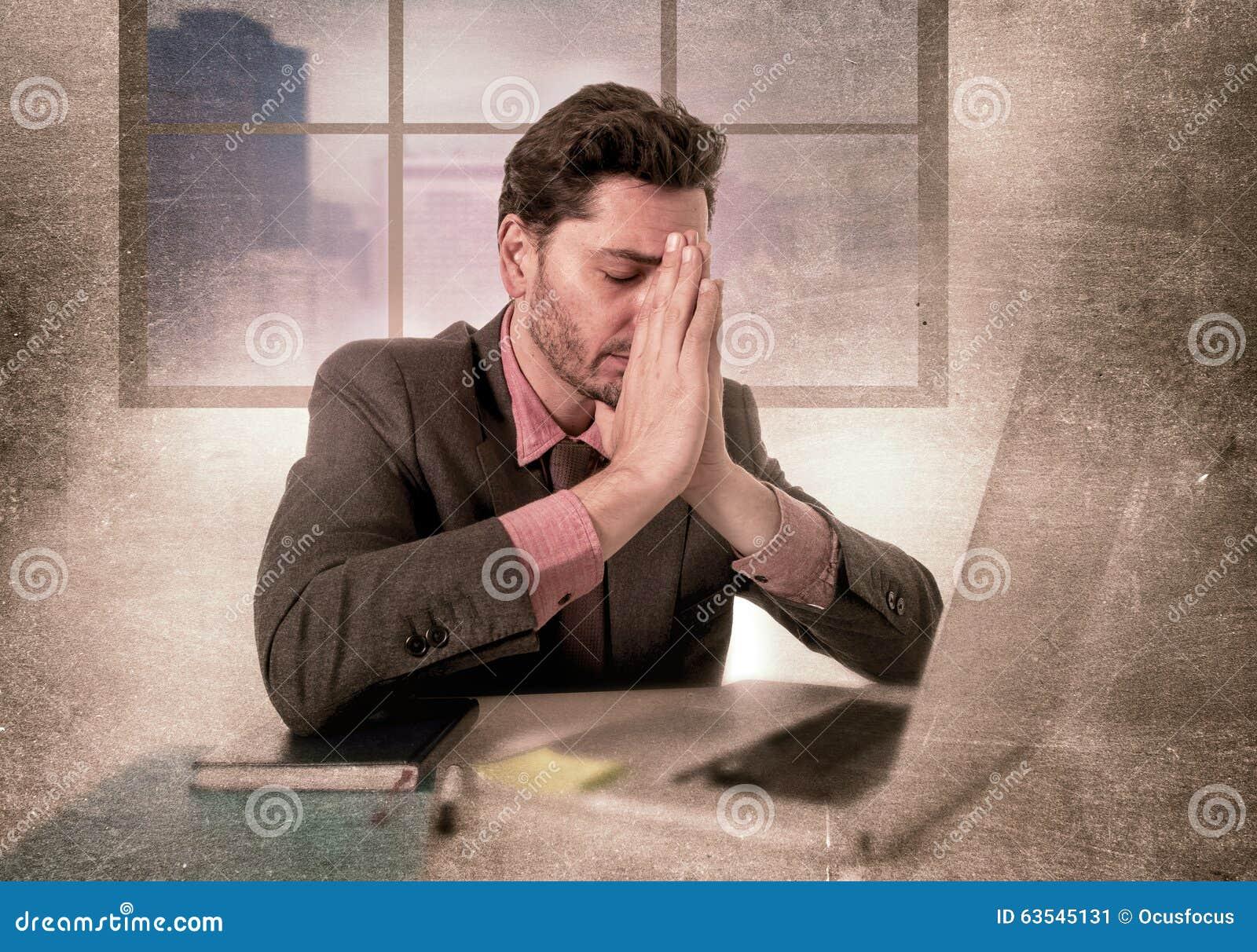 Jeune homme d affaires travaillant sur l ordinateur au mal de tête de souffrance diminué et triste de bureau