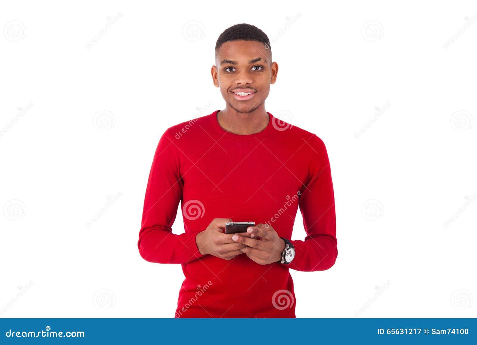 Jeune homme d afro-américain envoyant un message textuel sur son smartph
