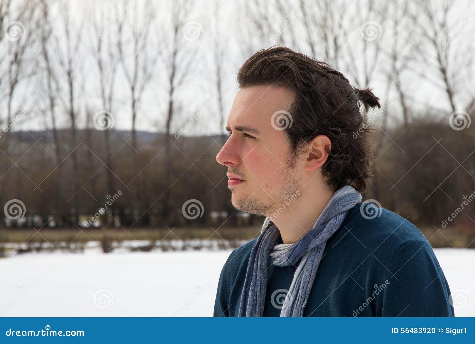 Jeune homme d isolement dans le paysage de Milou