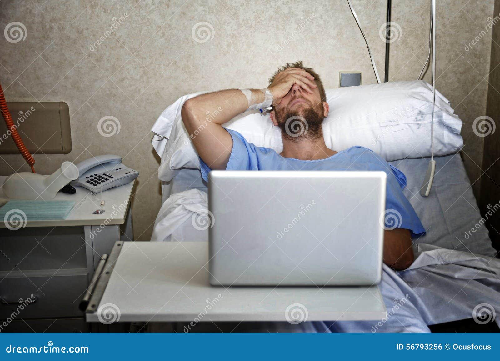 Jeune Homme Dans La Chambre D'hôpital Dans Le Lit Utilisant L ...