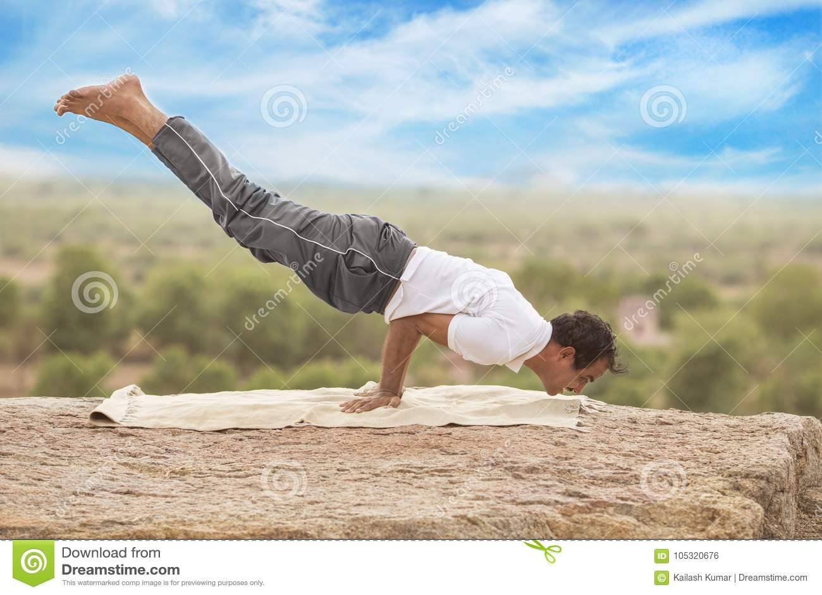 Jeune homme dans la pose de yoga