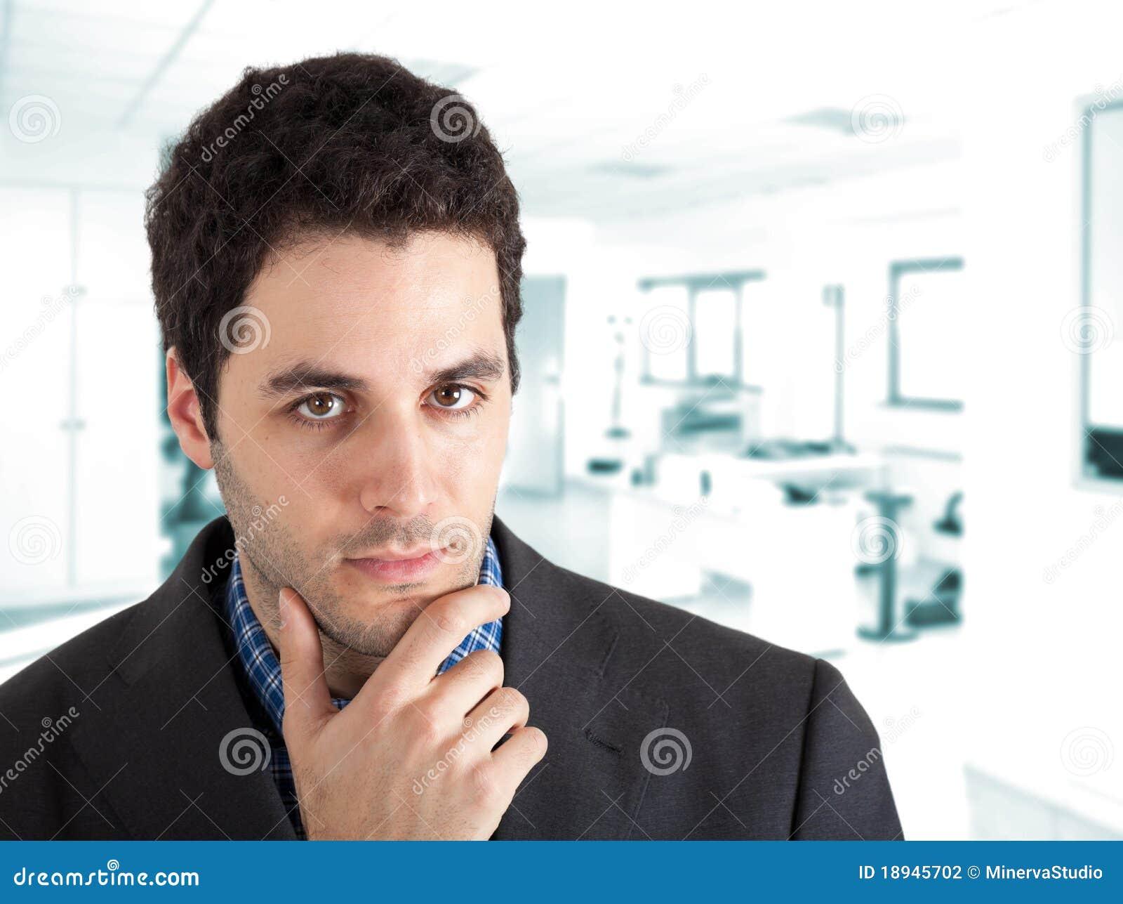 Jeune homme dans le bureau photographie stock image for Bureau homme