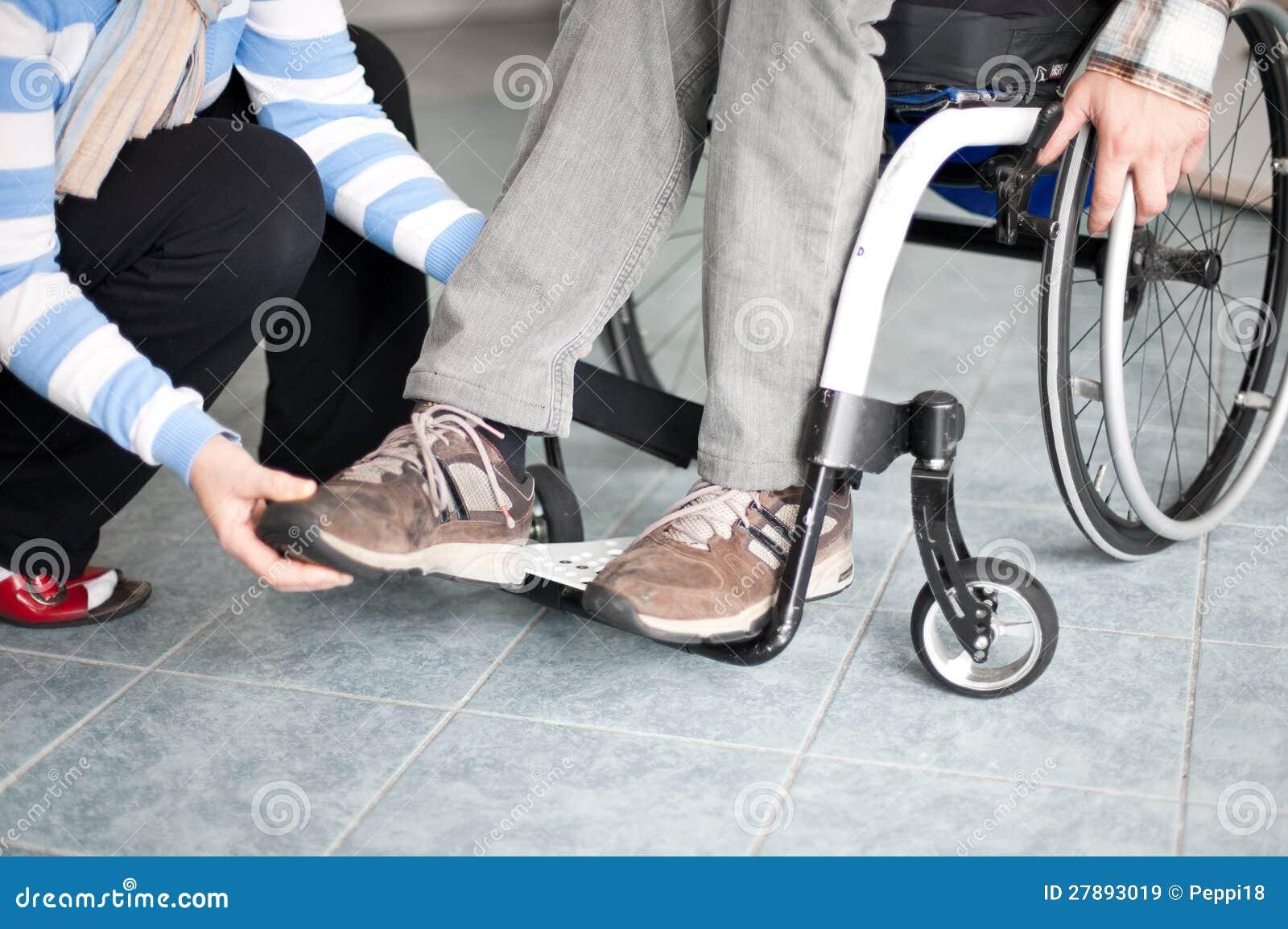 Jeune homme dans le fauteuil roulant