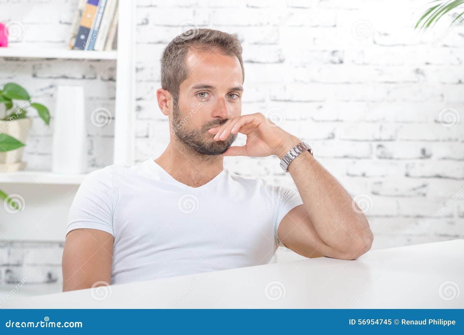 Jeune homme dans son bureau image stock image 56954745 for Bureau homme