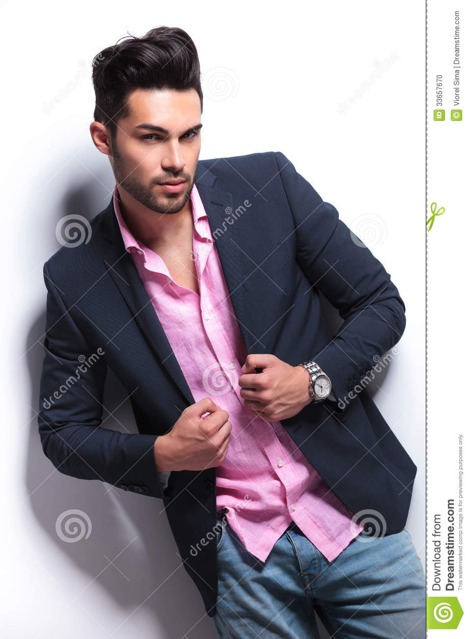 jeune homme de mode tenant des mains sur la veste de costume photo stock image 33657670. Black Bedroom Furniture Sets. Home Design Ideas