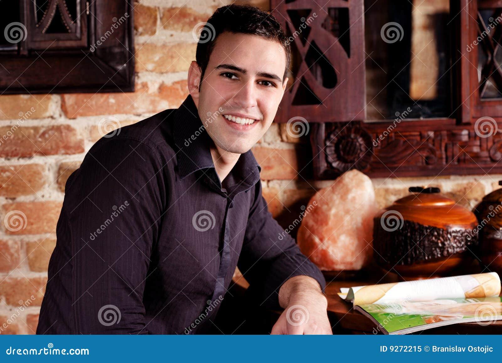 Jeune homme de sourire en café