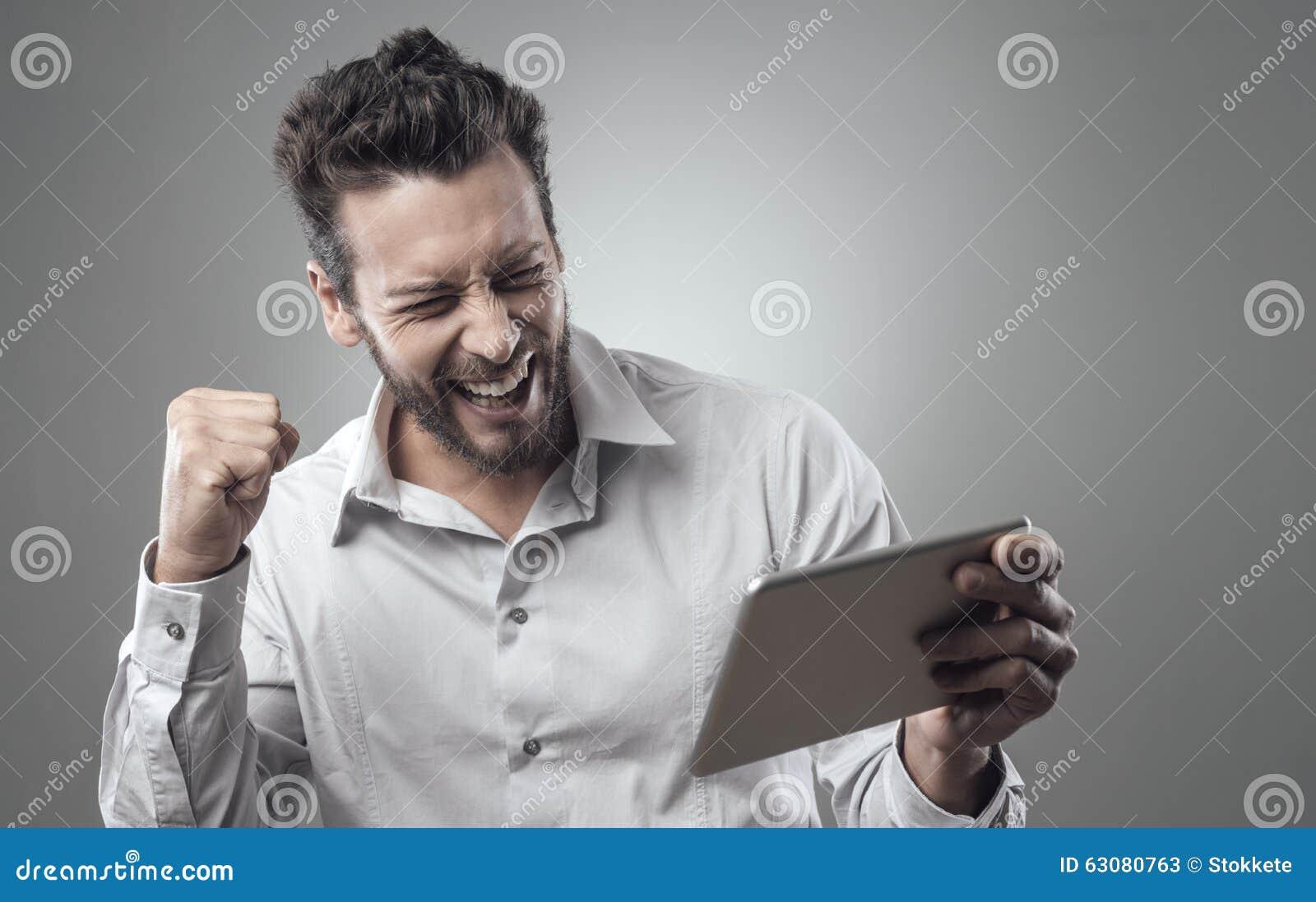 Download Jeune Homme De Sourire Gai Avec Le Comprimé Image stock - Image du homme, joyeux: 63080763