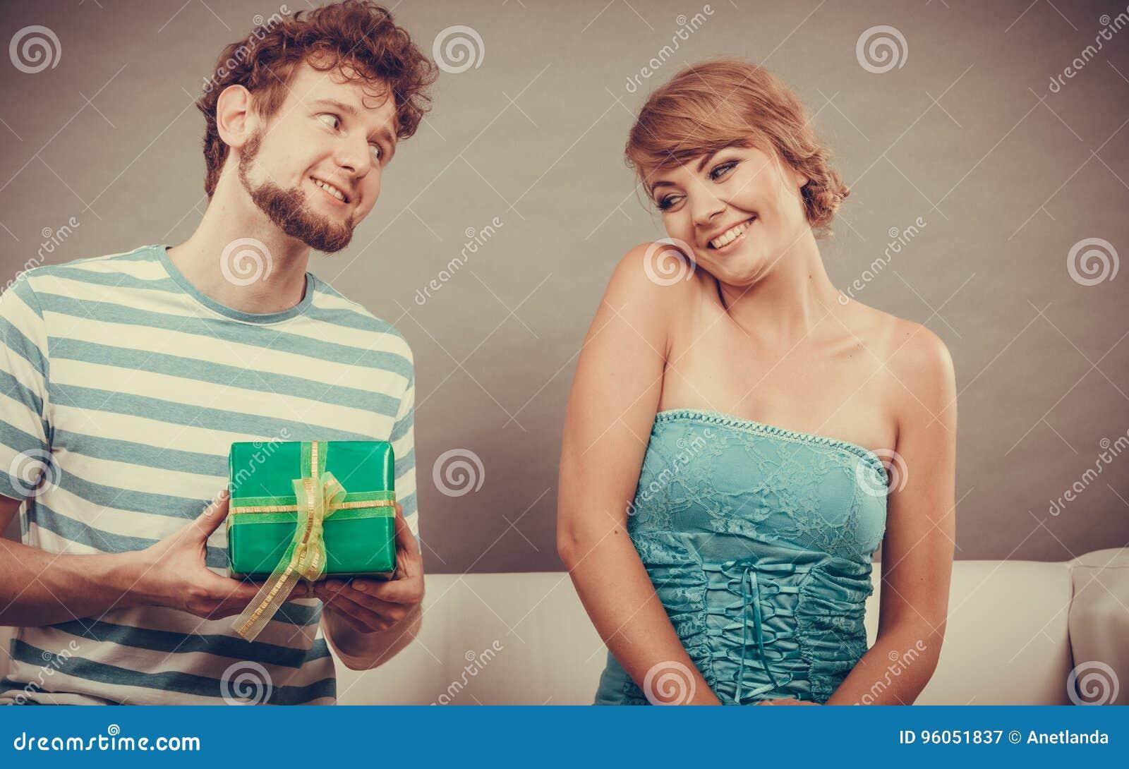 Jeune homme donnant le boîte-cadeau de femme