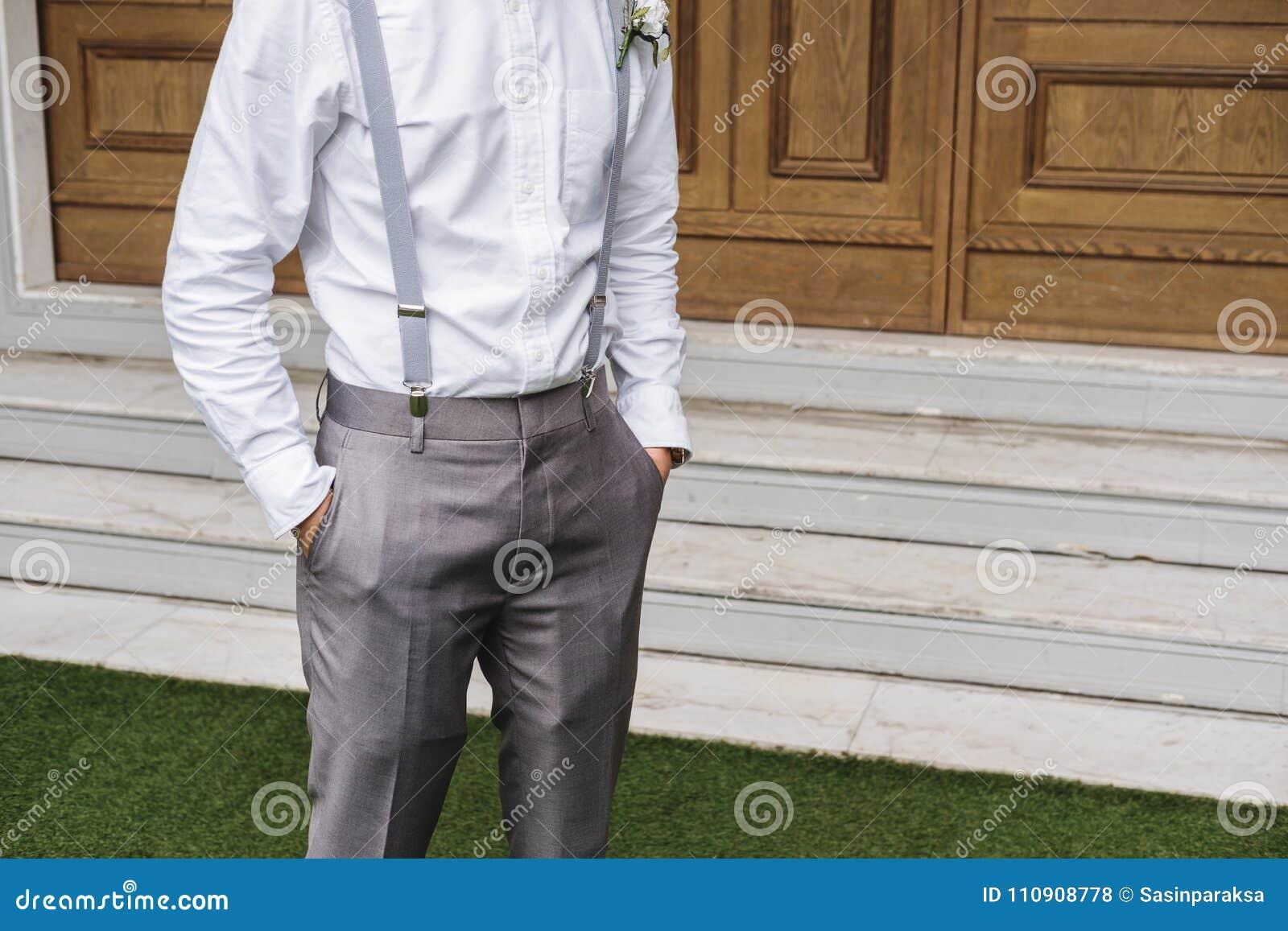 Le Jeune Dans Homme Et Gris Plan Gros Pantalon Chemise En Blanche La zw1xOzZ